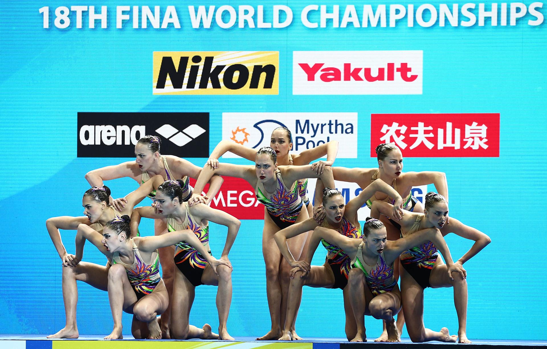 El equipo femenino ucraniano demostrando elegancia y coordinación antes de saltar a la pileta