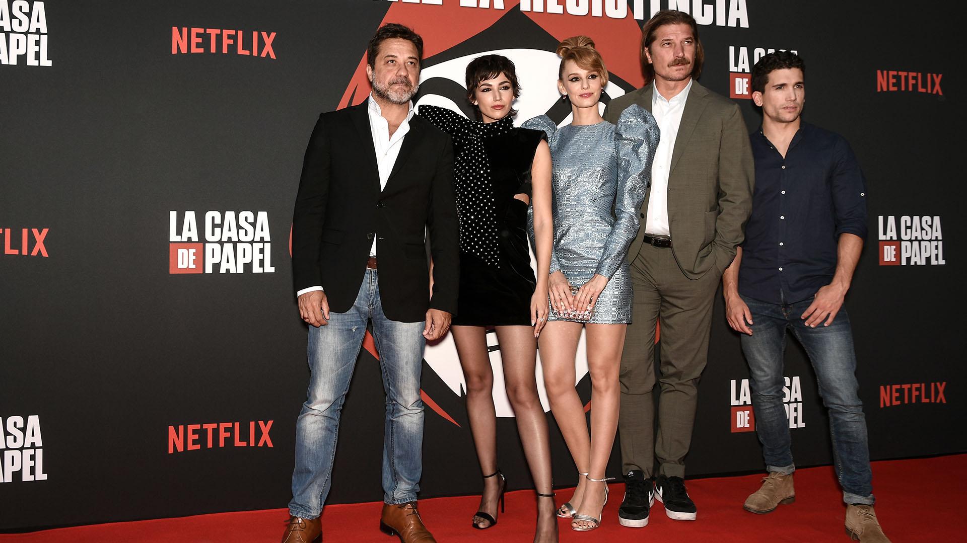 Elenco casi completo. Enrique Arce, Úrsula Corberó, Esther Acebo, Luka Peros, y Jaime Lorente en París