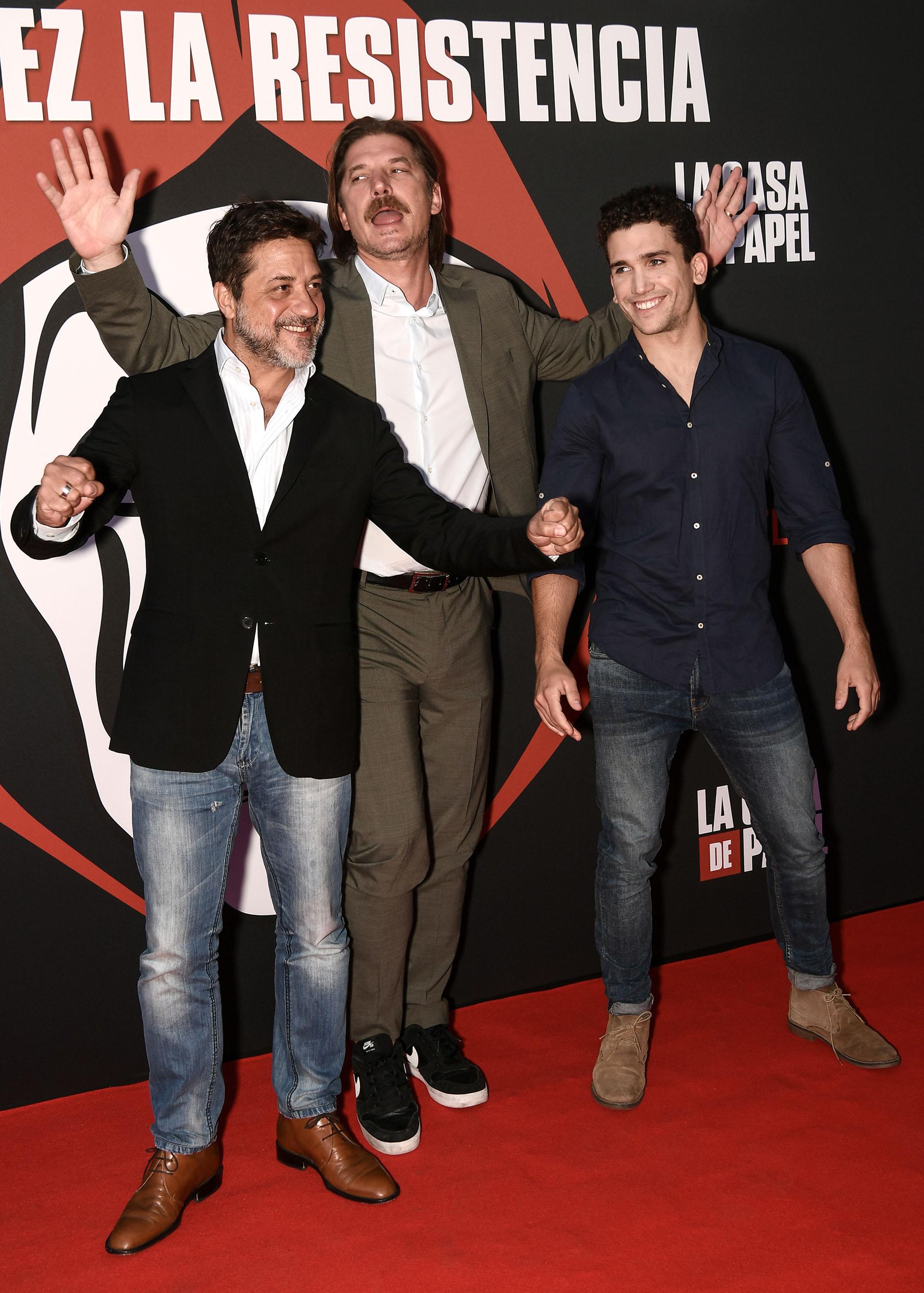Los actores Enrique Arce, Luka Peros y Jaime Lorente posaron en la red carpet