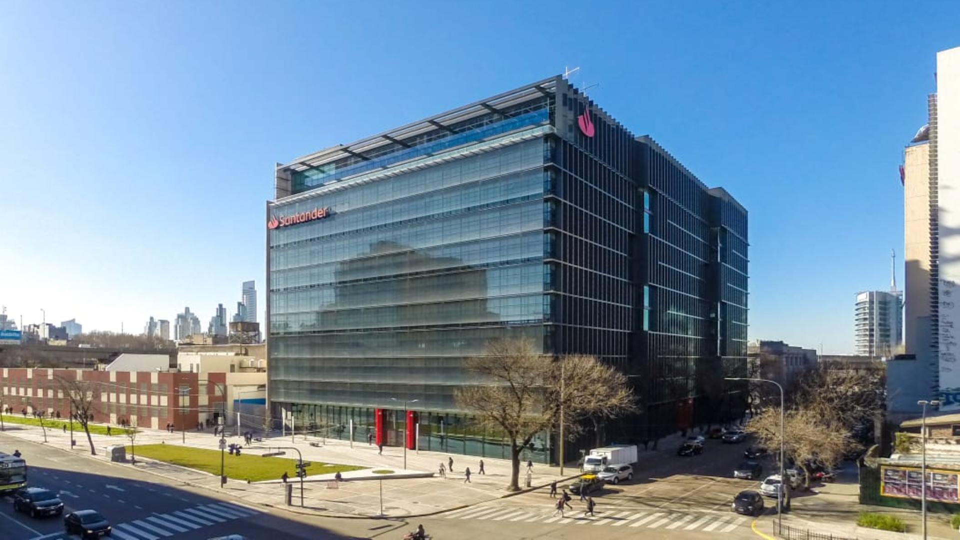 La nueva sede corporativa de Santander Argentina está ubicada en la intersección de las avenidas Juan de Garay y Paseo Colón