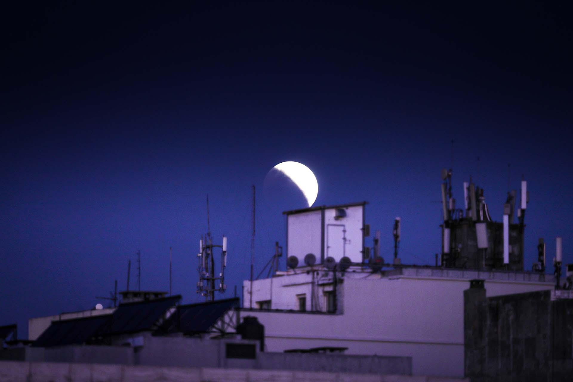 Vista general del eclipse parcial lunar en Montevideo, Uruguay(EFE/Raúl Martínez)