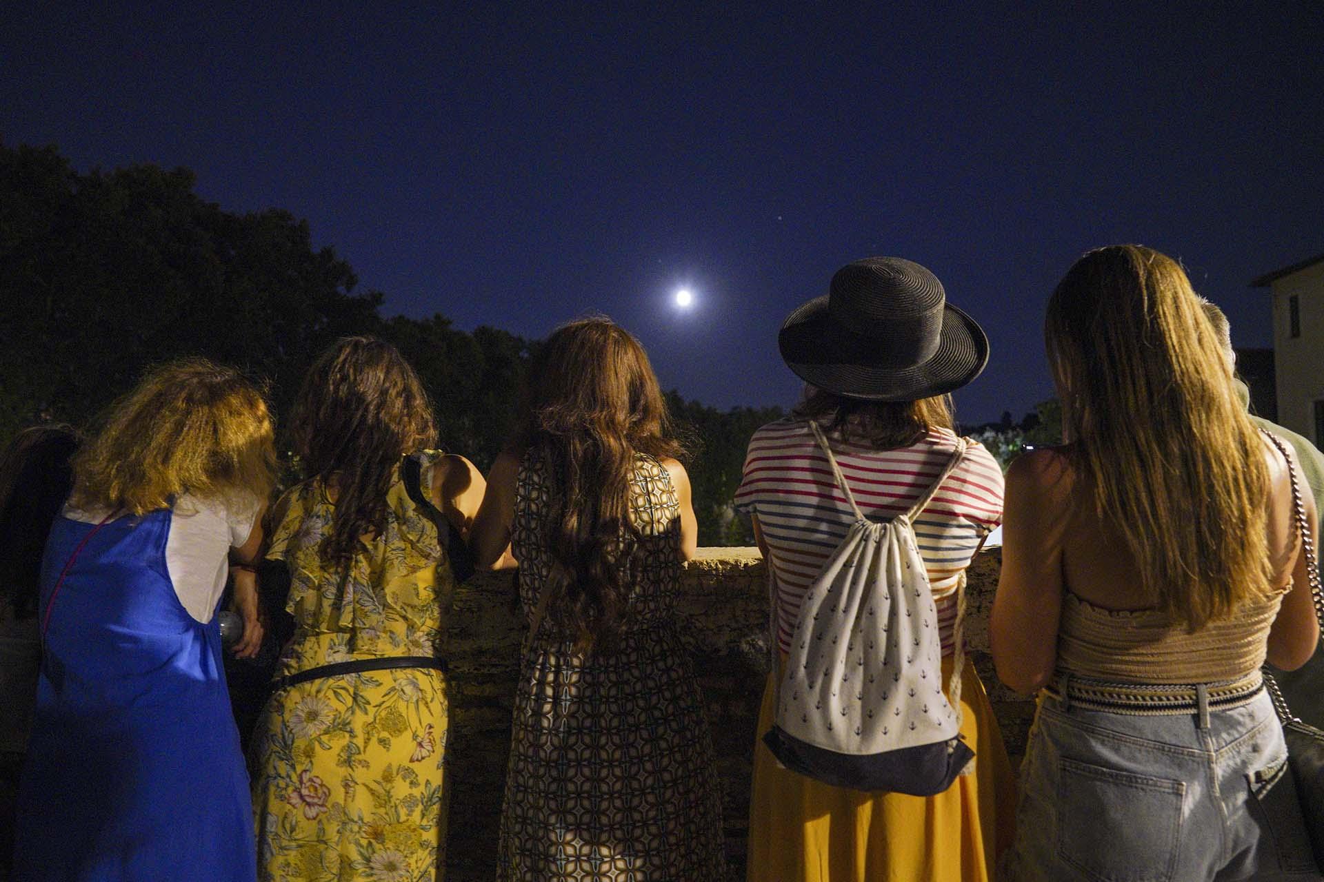 Turistas en Roma observaron el eclipse lunar (AP Photo/Andrew Medichini)