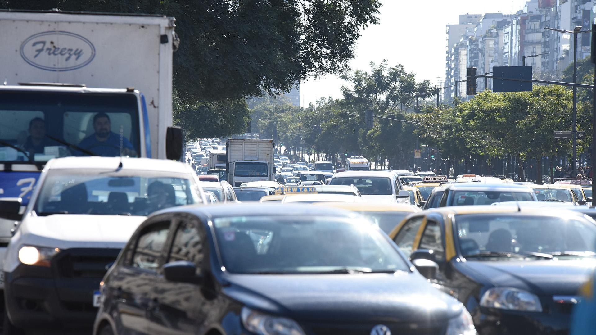 Los manifestantes provocan importantes demoras en el tránsito y crece el descontento de los miles de automovilistas que circulan por el centro porteño