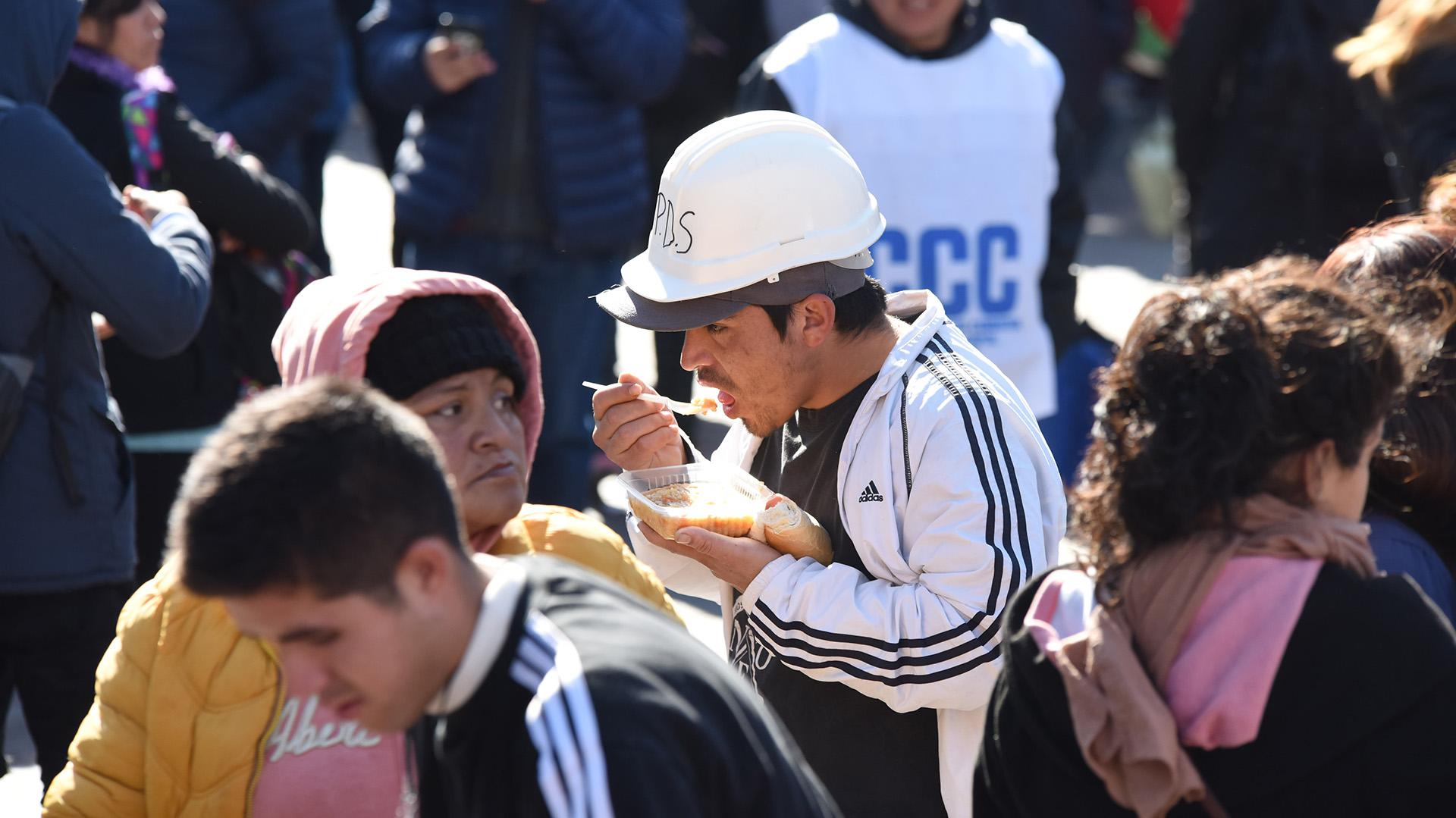 """Una nueva jornada nacional de protestas y ollas populares se desarrolla en la Ciudad de Buenos Aires y otras localidades del interior, en reclamo por """"la situación de hambre y exclusión que atraviesa el país"""", según denunciaron las organizaciones sociales"""