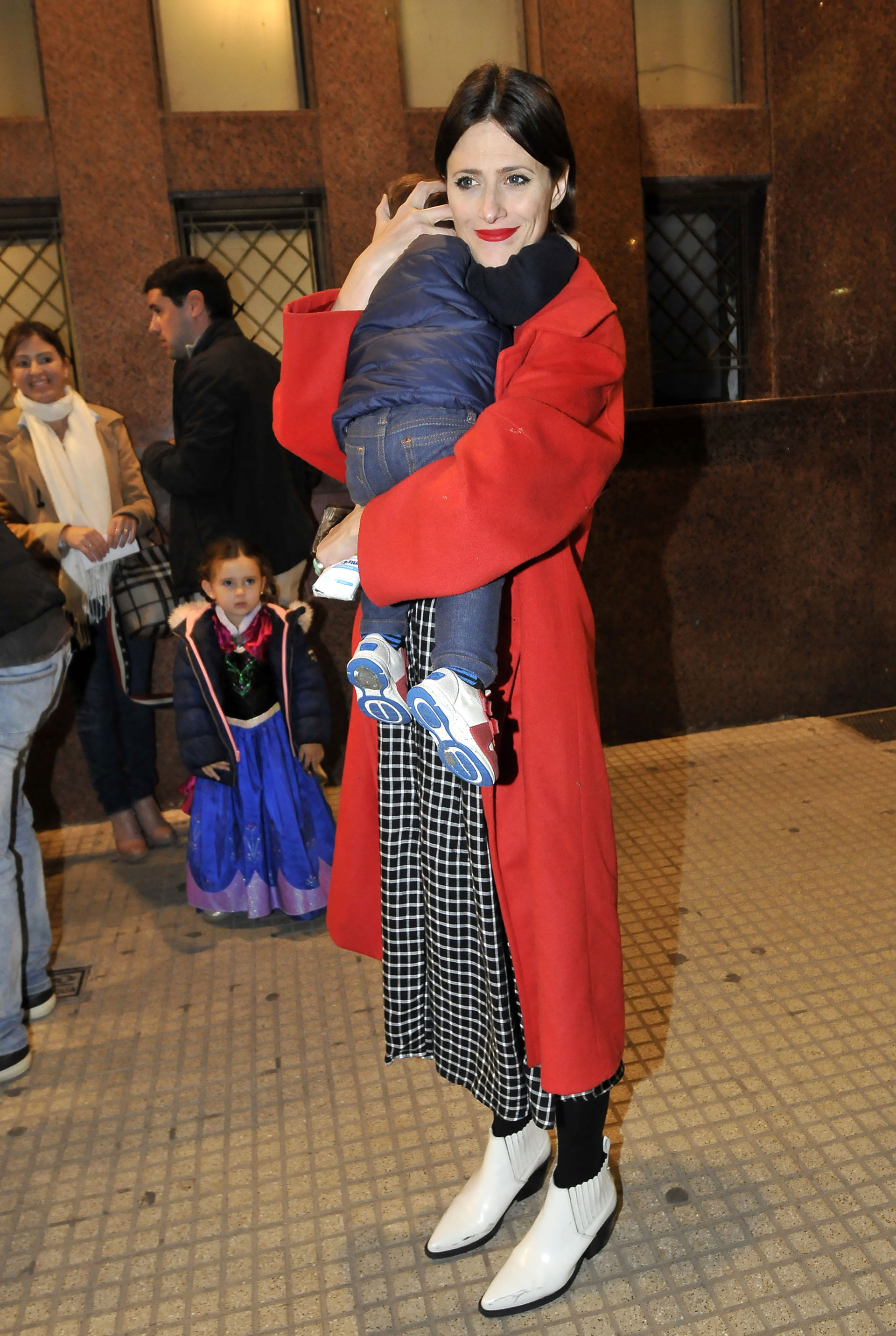Mónica Antonopólus junto a su pequeño, Camilo