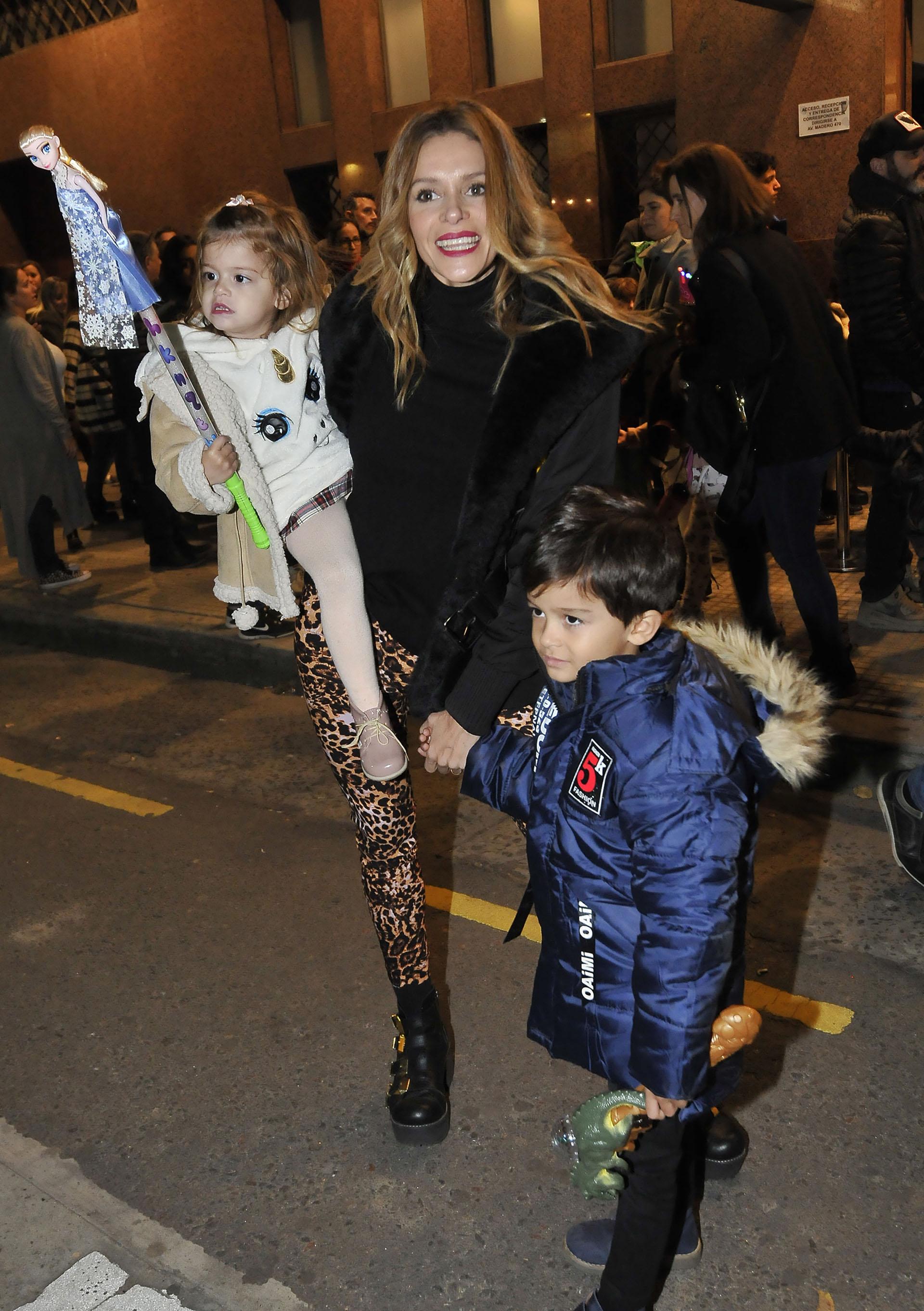 Vanina Escudero con Joaquina y Benicio, sus dos pequeños que comparte con su marido, Álvaro Navia