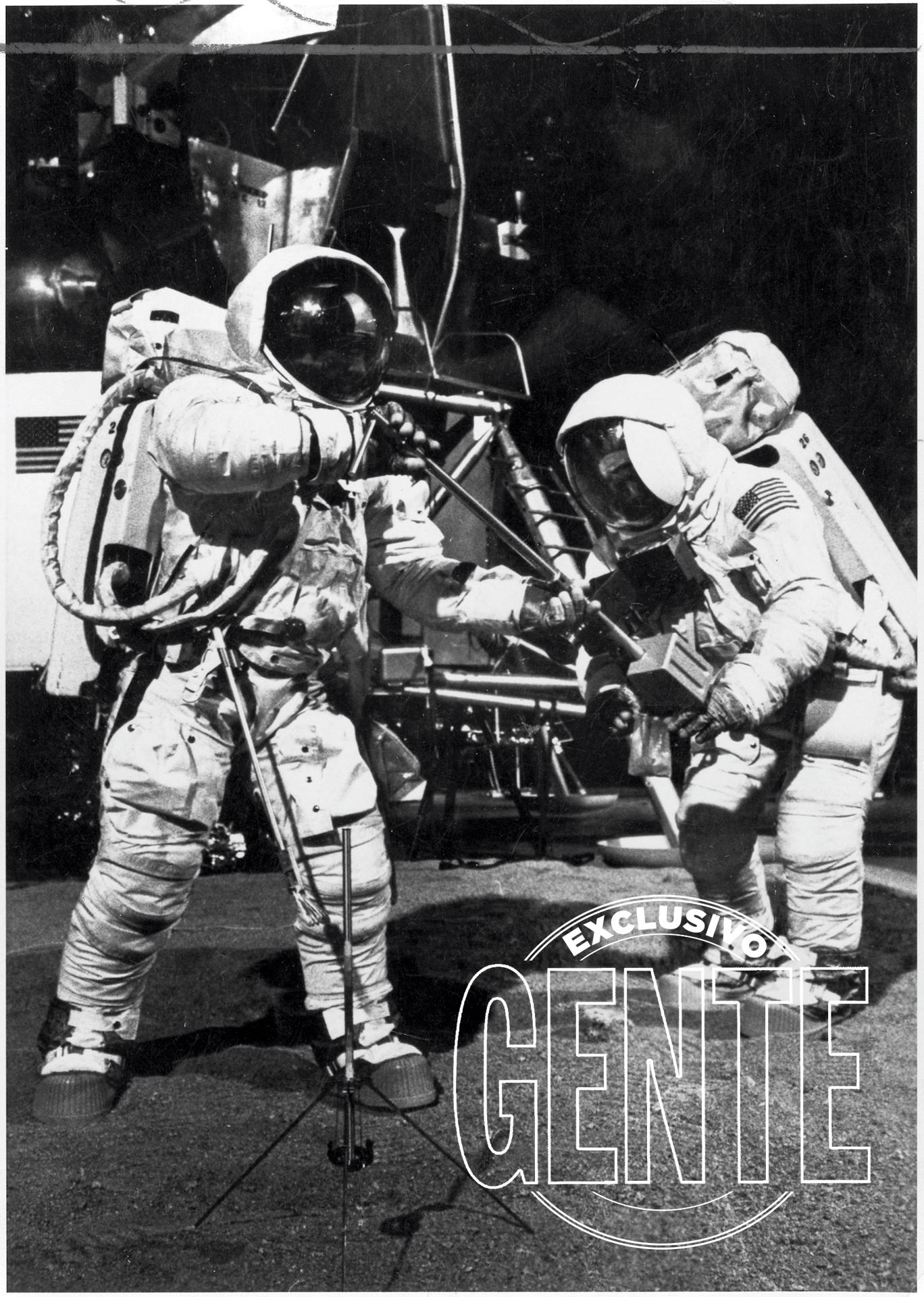 """El primero en salir del módulo de excursión lunar Eagle es Armstrong. Al tiempo que bajapor las escaleras y menciona sus histórica oración (""""Un pequeño paso para el hombre, un gran salto para la Humanidad""""), activa la cámara que retransmitirá el acontecimiento al mundo desde las instalaciones del Observatorio Parkes, en Australia."""
