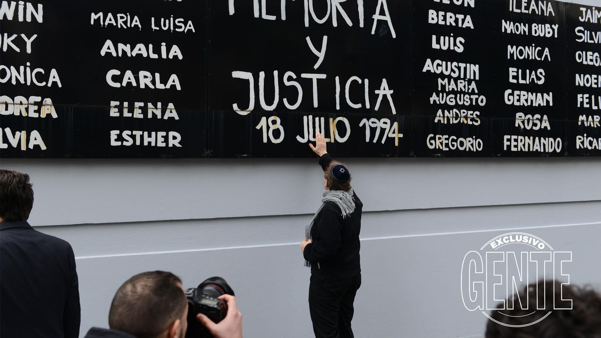 El pedido de Memoria, Verdad y Justicia frente a la sede de la AMIA y los nombres de las 85 víctimas. Foto: Julio César Ruiz/GENTE