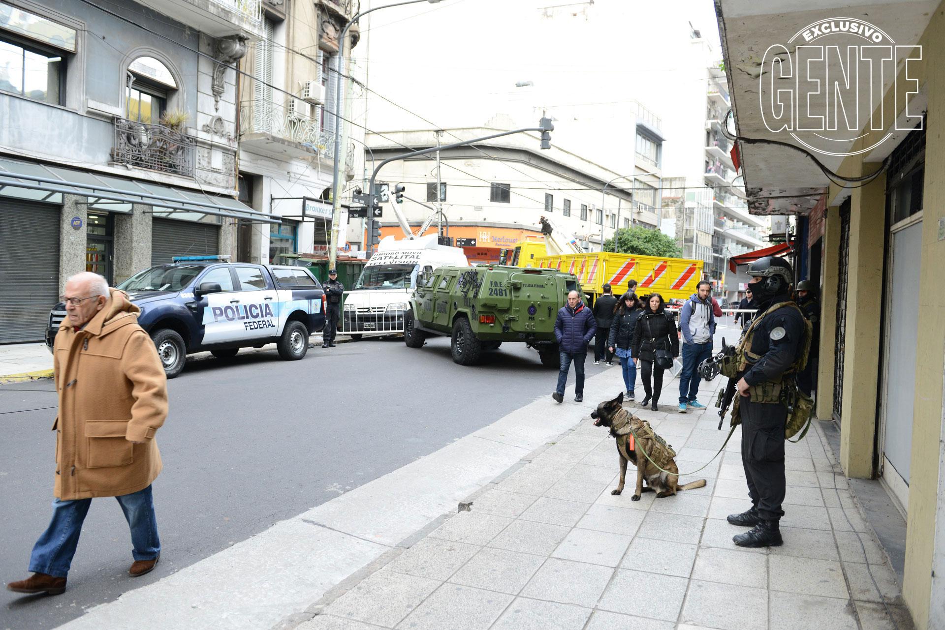 Un vehículo de Defensa Civil cruzado sobre la calle Pasteur. Foto: Julio César Ruiz/GENTE
