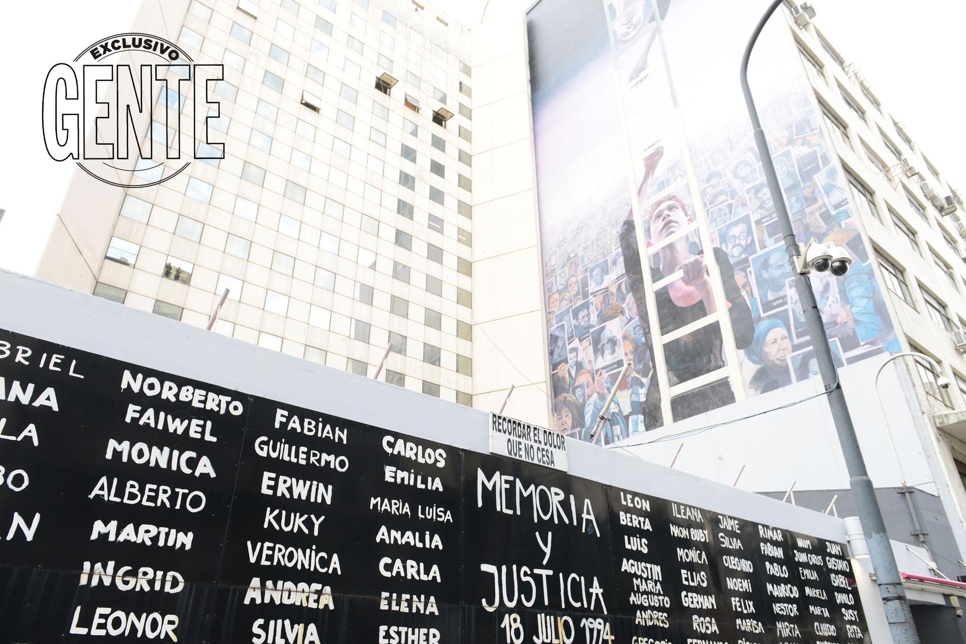 El edificio de la AMIA, que luce un mural conmemorativo por los 25 años del atentado a la AMIA. Foto: Julio César Ruiz/GENTE