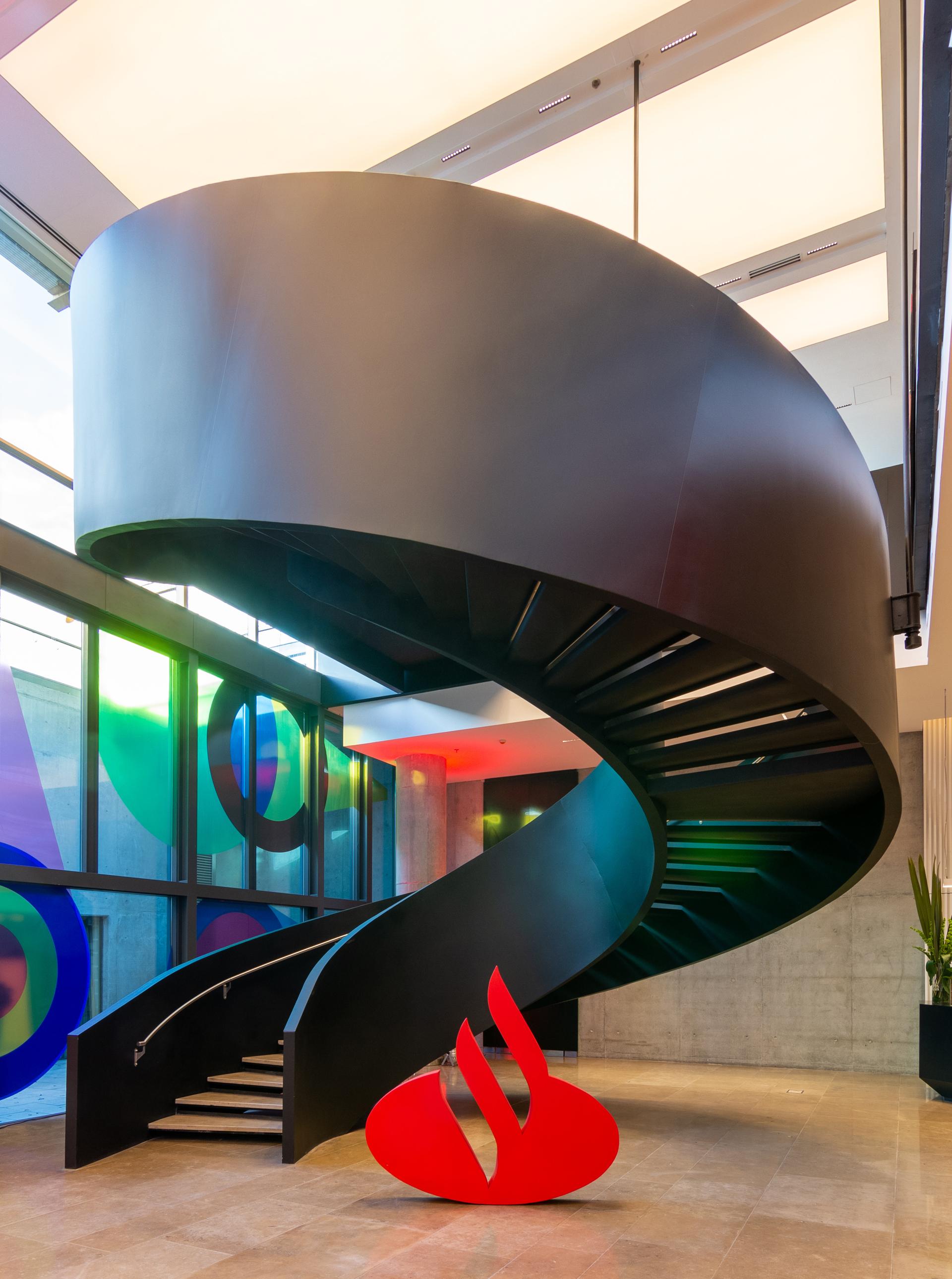 Escalera de acceso al primer piso, donde está ubicado el Work Café, de acceso público.
