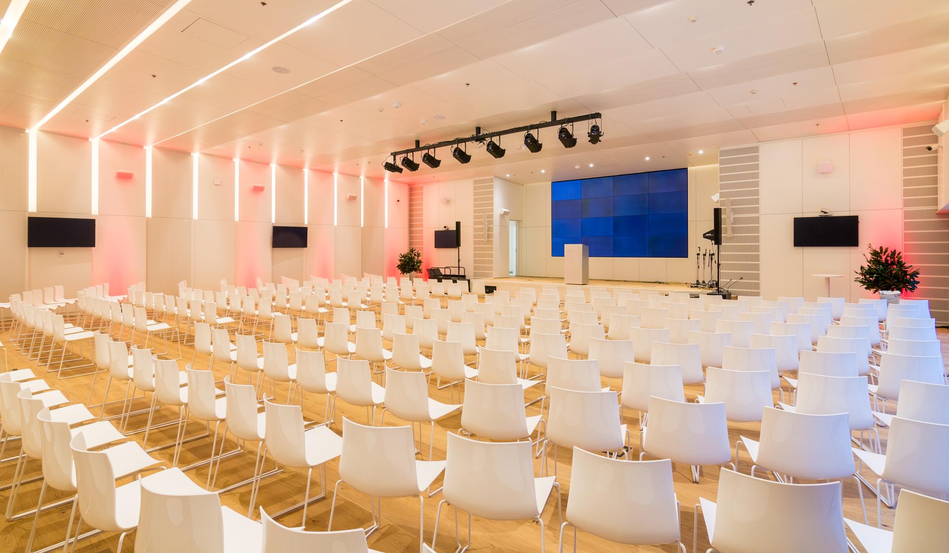 Centro de convenciones abierto a la comunidad con 300 asientos en forma de auditorio.