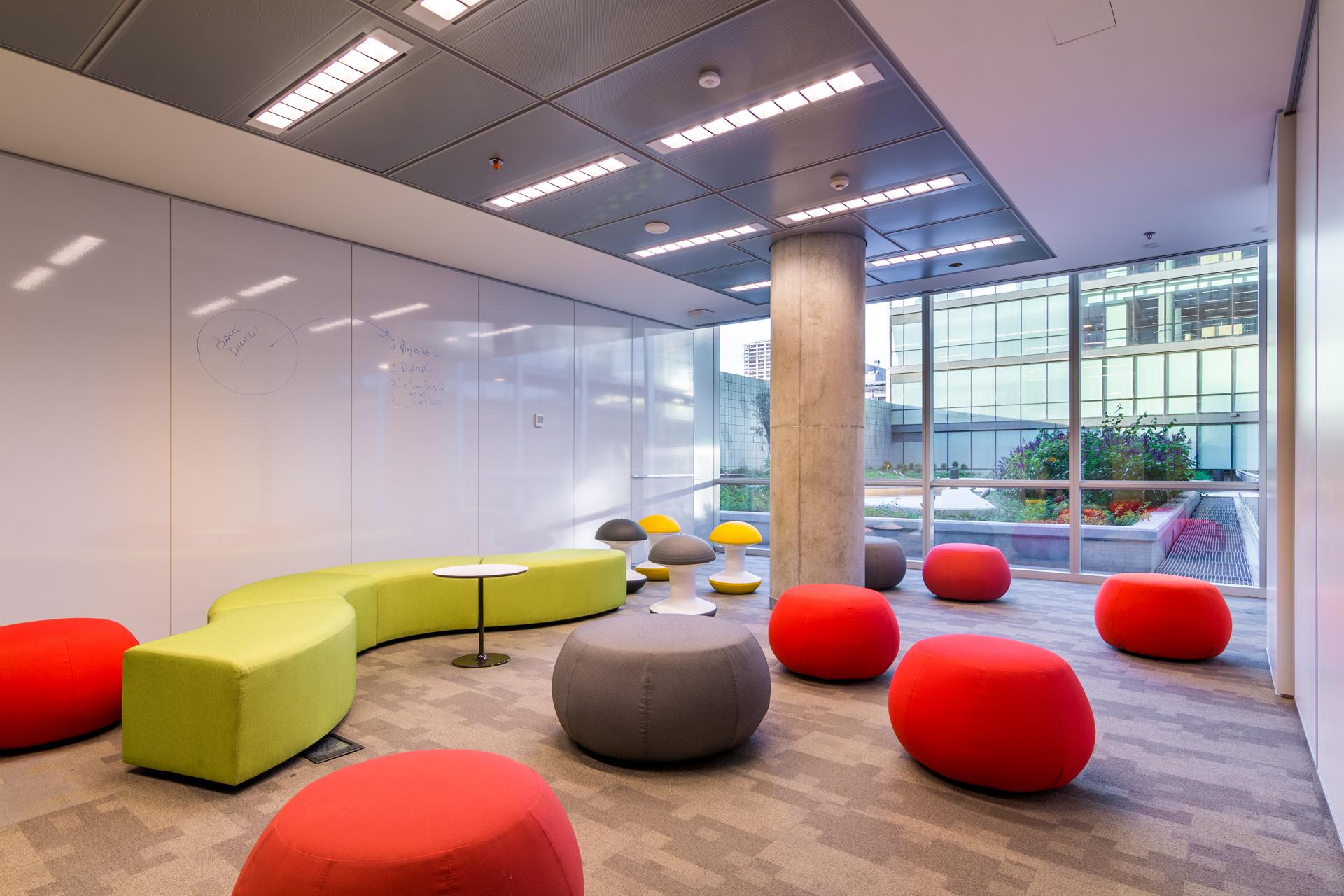 El edificio busca disminuir el consumo energético, mejorando las condiciones de espacios de trabajo, confort y productividad de los empleados.