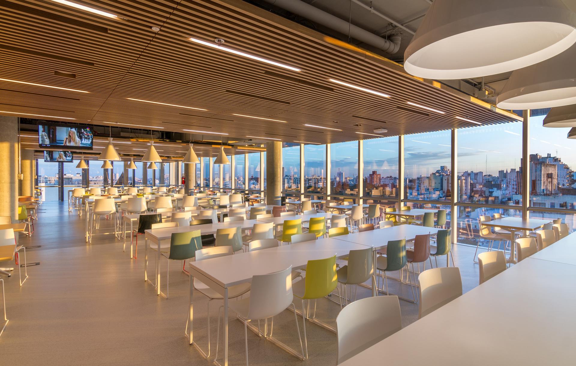 El comedor para empleados, ubicado en el piso once, tiene capacidad para 600 personas con una vista privilegiada de la ciudad.