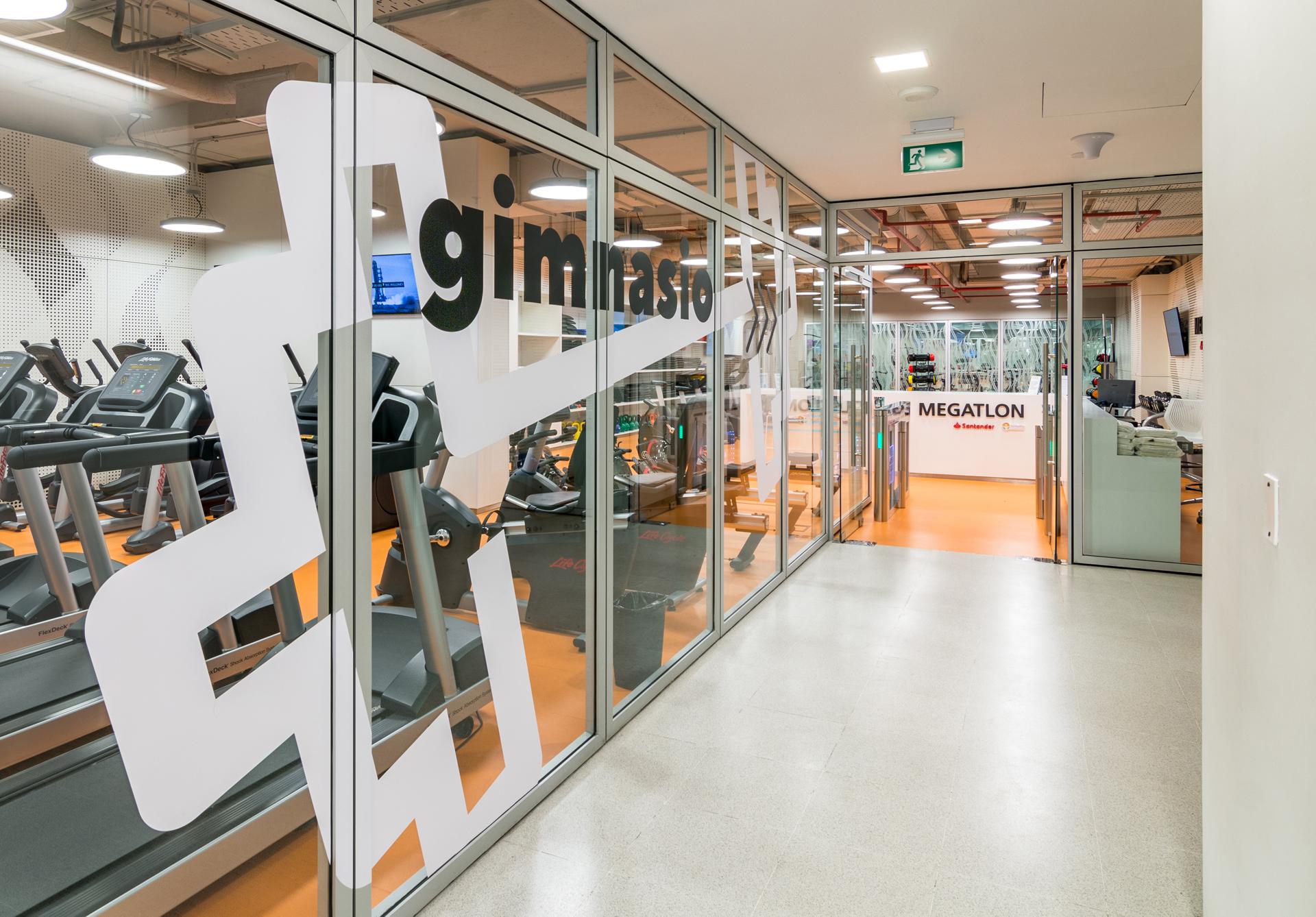 Los empleados cuentan con un gimnasio completo para el cuidado de su salud y el esparcimiento.