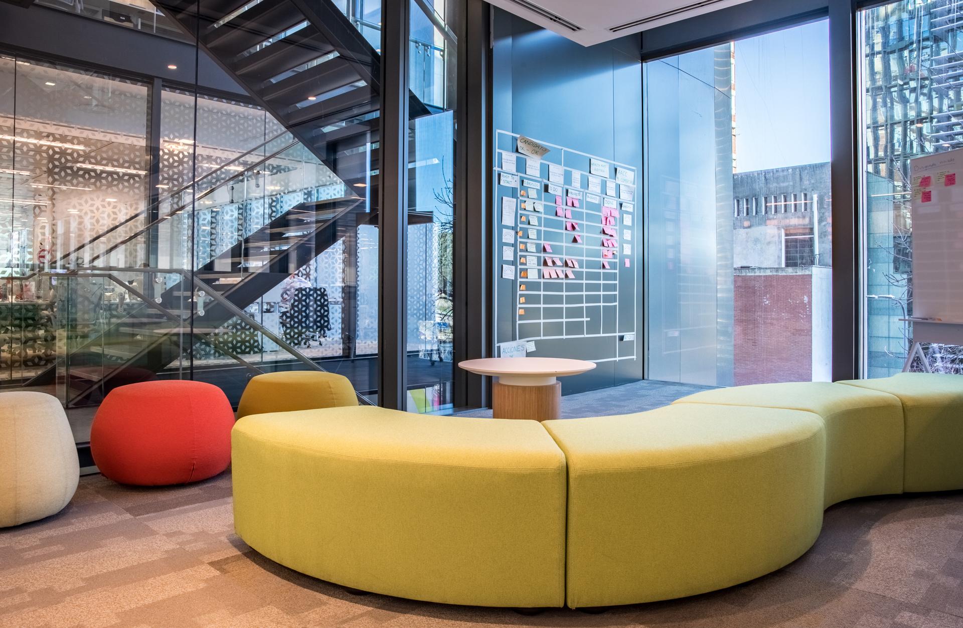 Las áreas de trabajo son flexibles, con una mayor cantidad de espacios colaborativos.