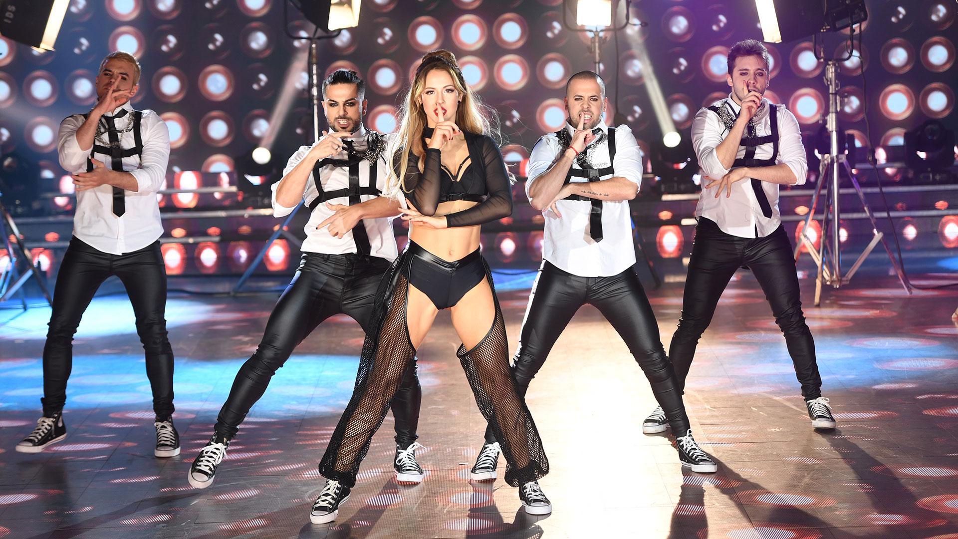 """Flor Vigna y Facundo Mazzei bailaron """"Everybody get up"""" de Five en la pista de """"Showmatch"""". Durante el ciclo, la bailarina se refirió al fugaz romance con su coach, Mati Napp: """"Él es un amor, y también está soltero, pero decidimos frenar. Yo no estoy estable para ninguna persona"""" dijo la ex de Nico Occhiato (Foto: Prensa LaFlia)"""