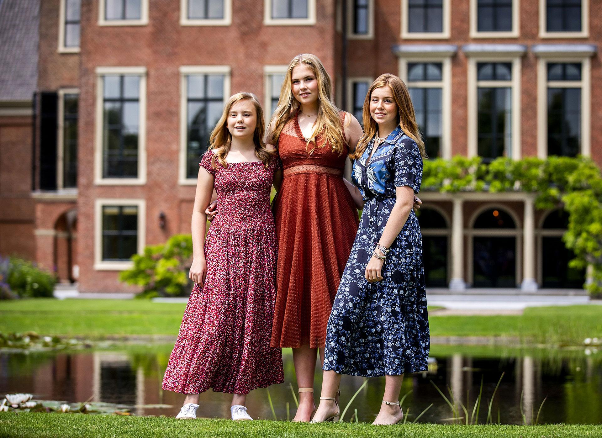 Las princesas de Holanda, Ariane, Amelia y Alexia. Las tres optaron para la sesión de fotos llevar vestidos de corte midi de la firma Sandro
