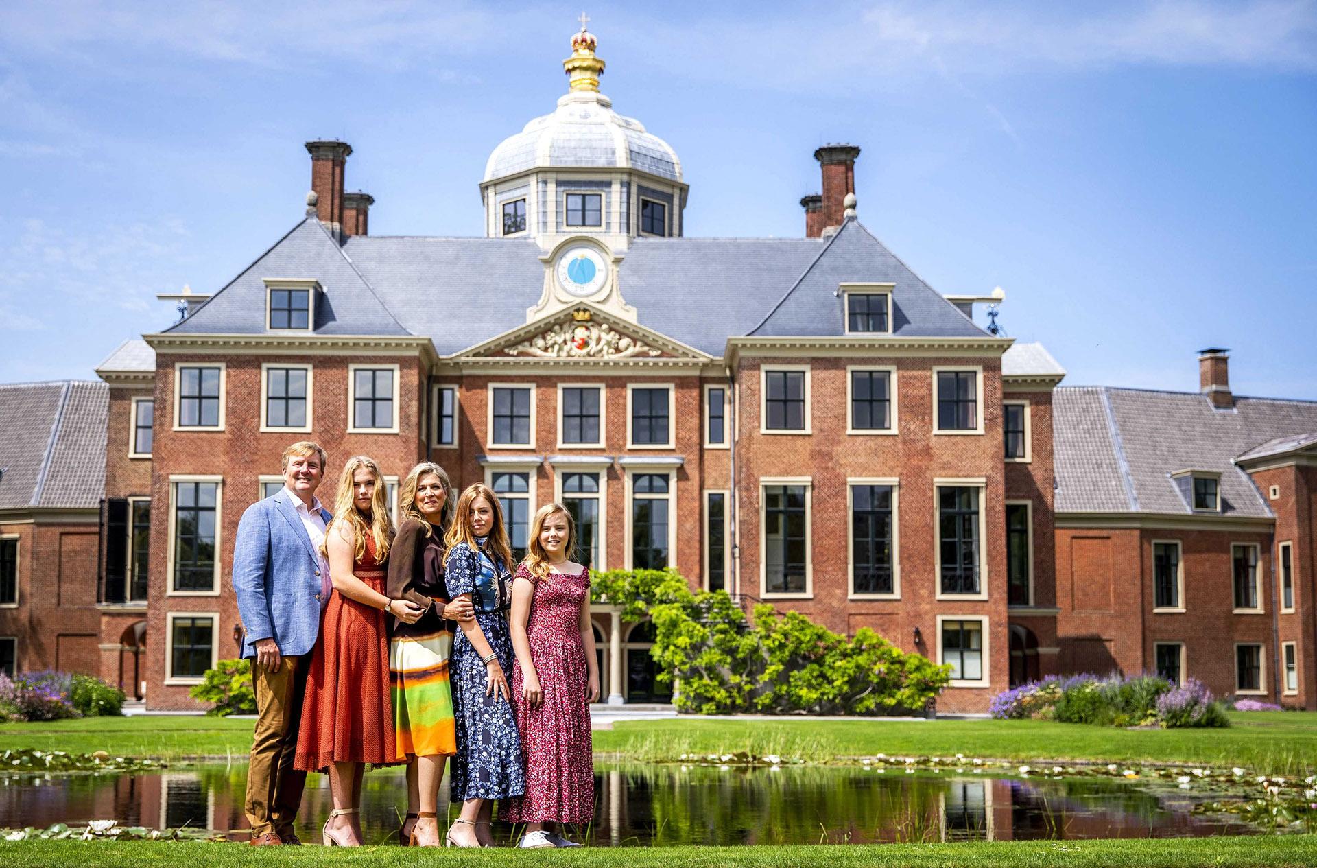 La famila real holandesa completa frente a la imponente fachada del PalacioHuis Ten Bosch, lugar que se mudaron en enero