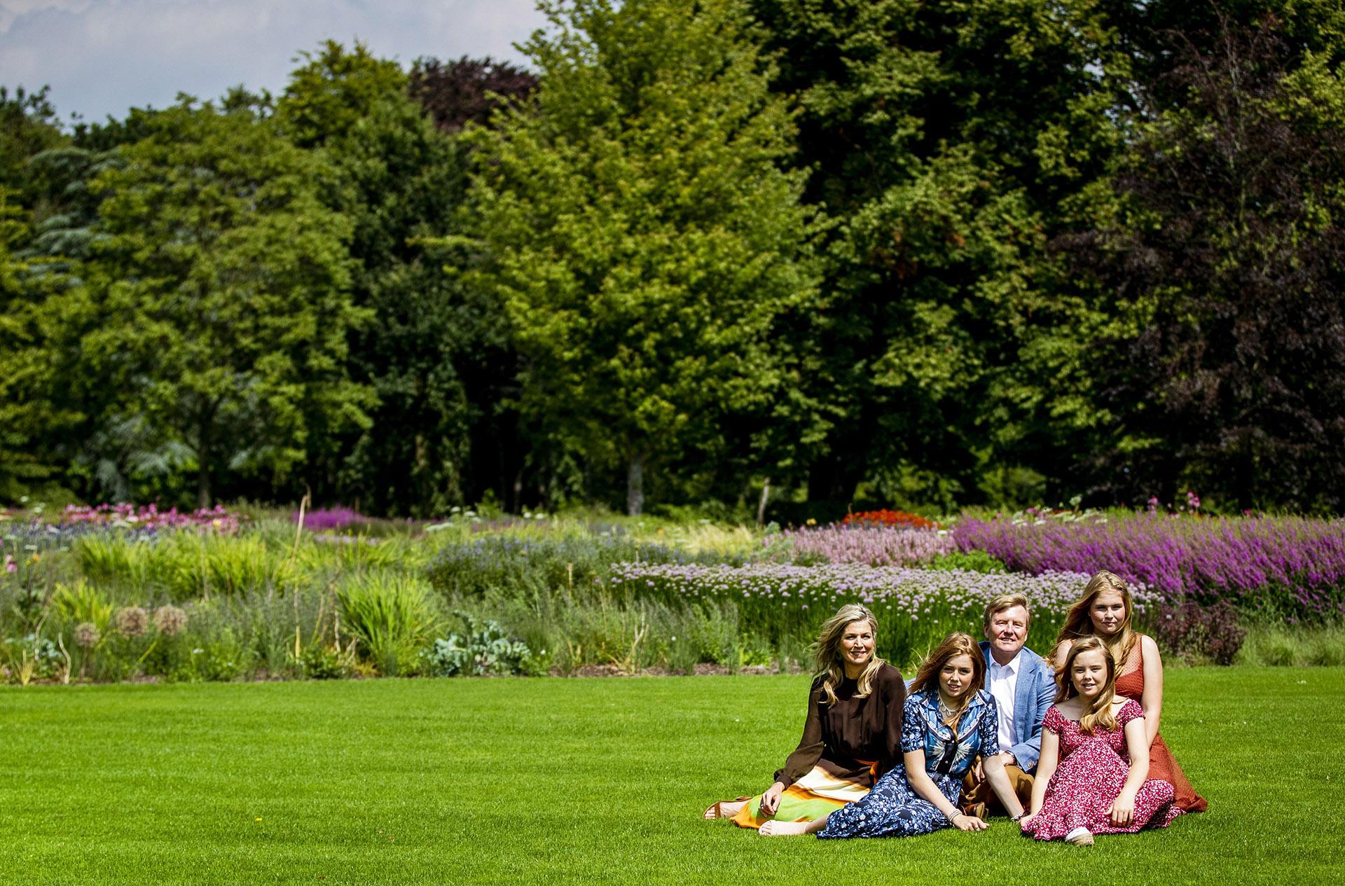 Los jardines que rodean el palacio presentan un diseño de parque tradicional de Holanda con flores, árboles y laguna