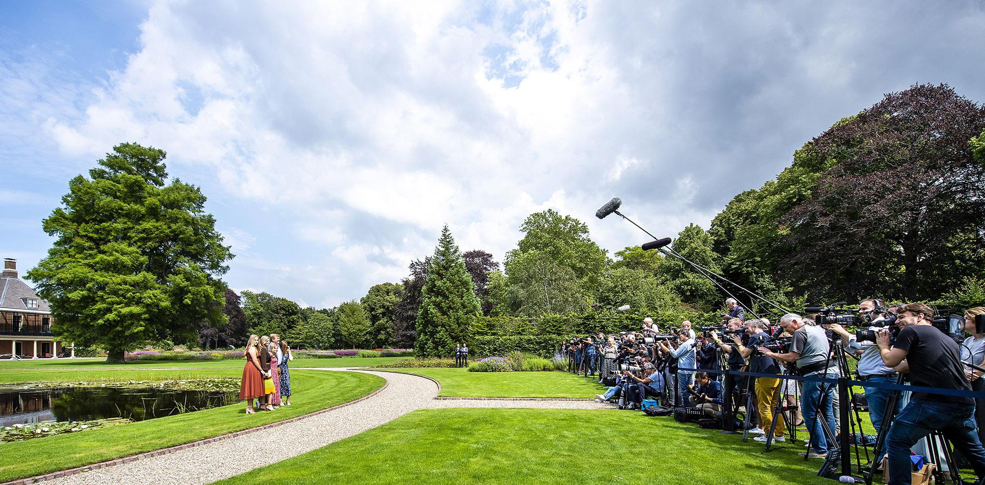 Frente a la prensa para realizar la clásica foto de verano que da inicio a las vacaciones.