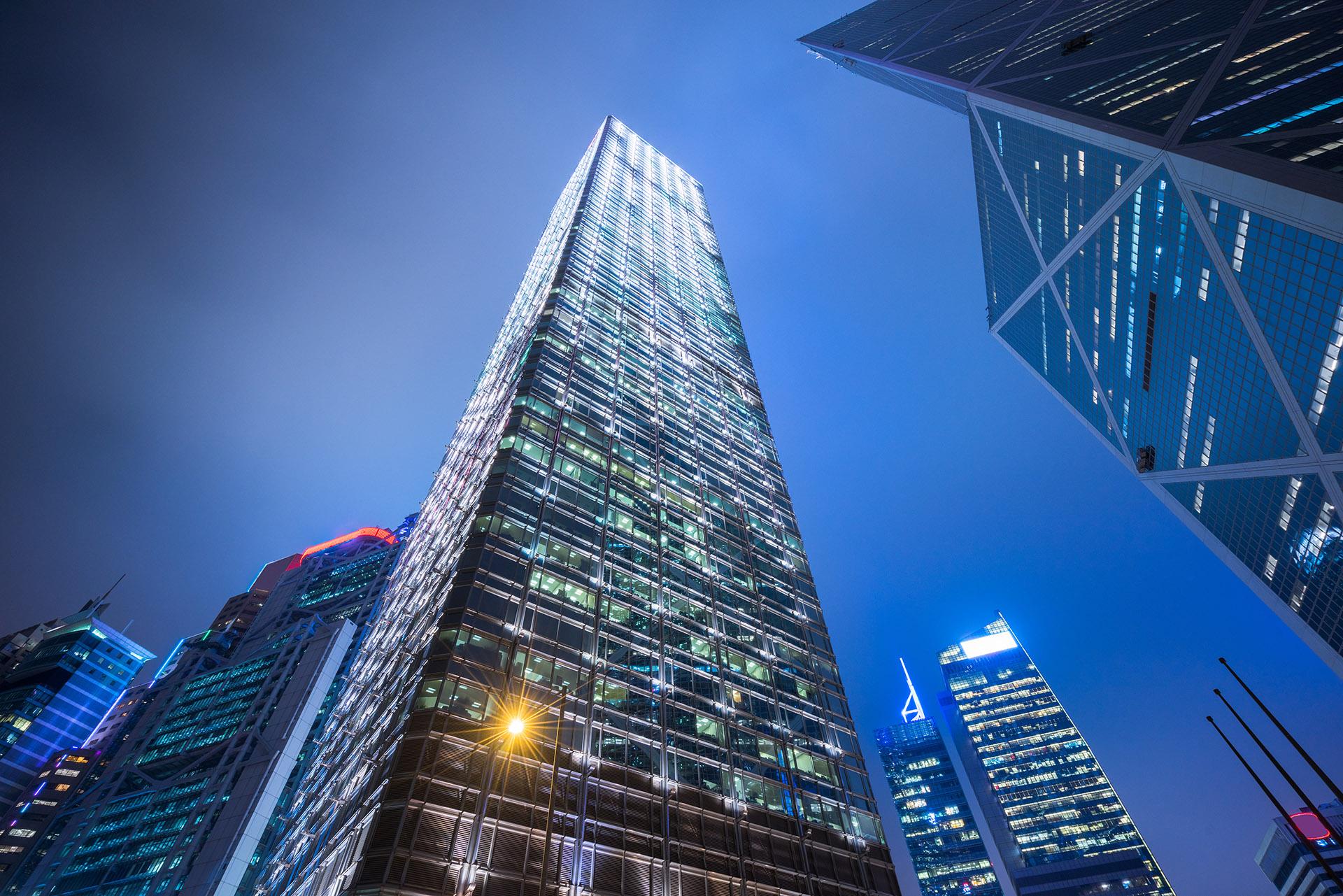 En Hong Kong, China creó Cheung Kong Center, el rascacielos de 62 pisos y 283 metros que fue terminado en 1999 donde antes estaba construido el hotel Hilton de la ciudad. Cuenta con un área de 117.100 m2 y pertenece a la Cheung Kong Holdings donde en el último piso vive su presidente