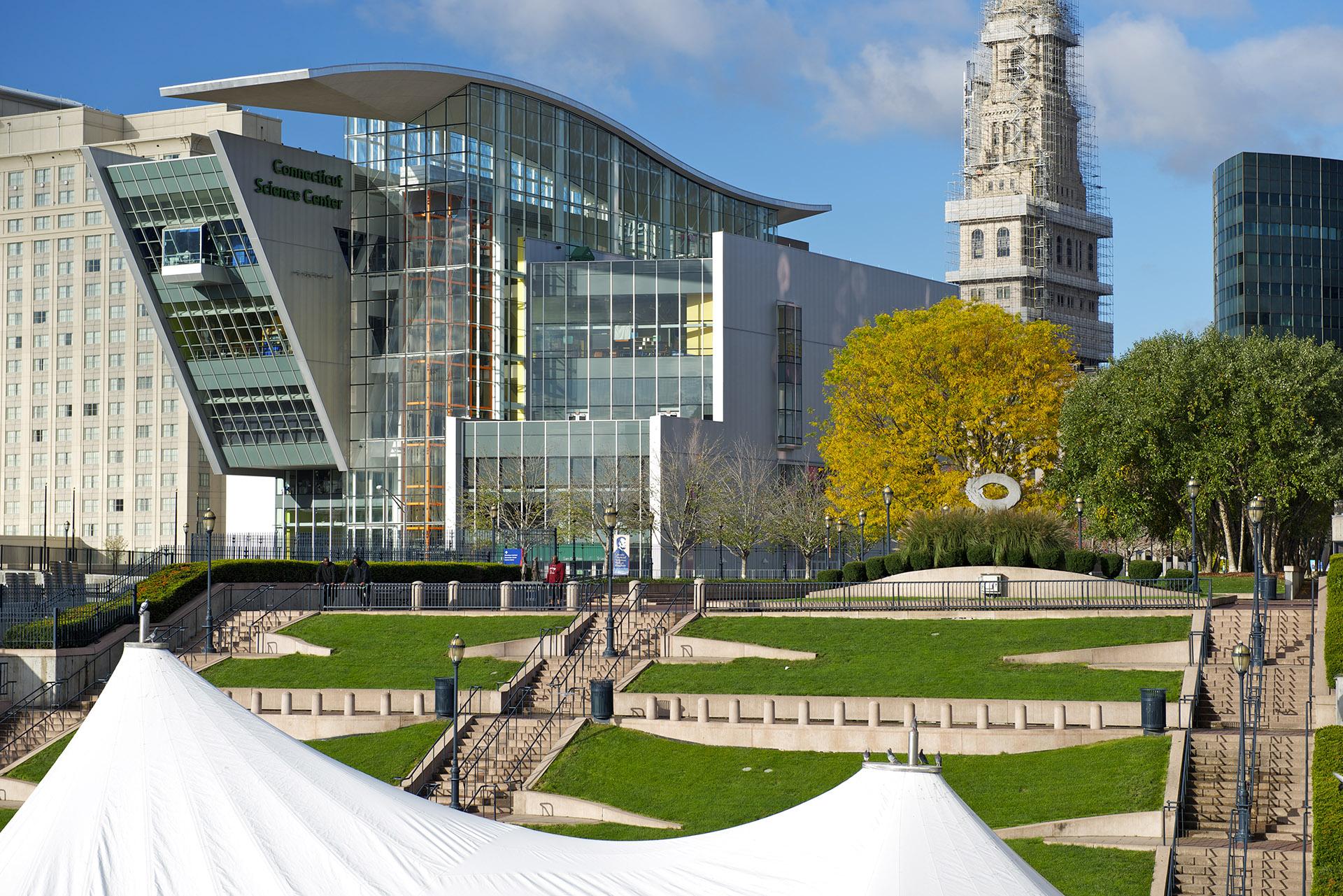 El Connecticut Science Center también estuvo diseñado por César Pelli. Con su fachada vidriada, el edificio se inauguró el 12 de junio de 2009 y cuenta con 14.300 m2
