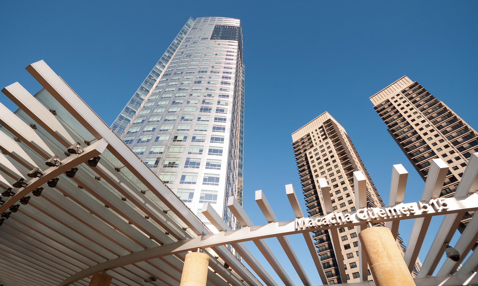 La Torre YPF también fue obra de Pelli. Ubicada en el barrio porteño de Puerto Madero, fue inaugurada en el 2008 y son las actuales oficinas de la petrolera. Fue construida con una inversión de 134 millones de dólares.