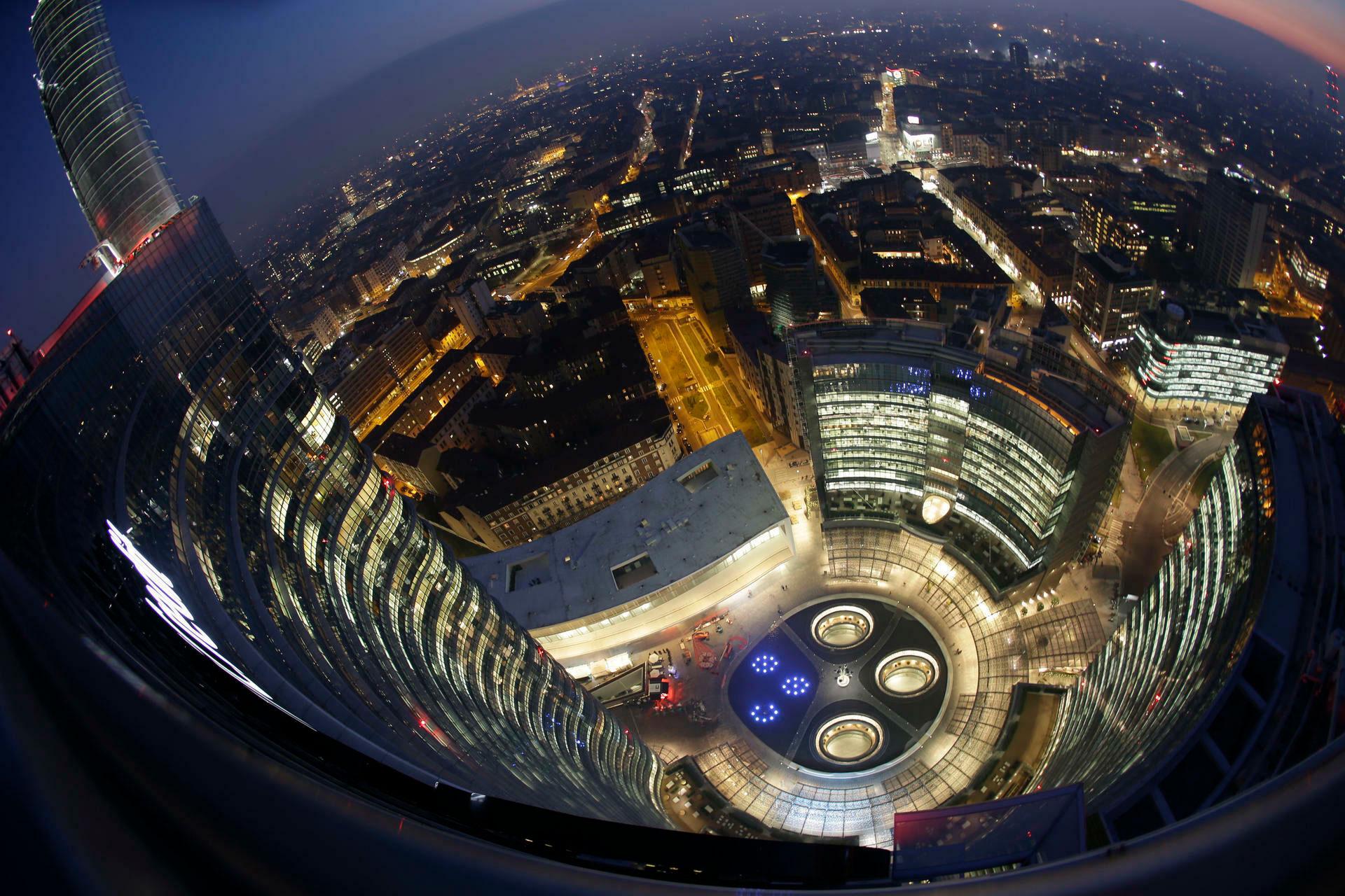La vista cenital de la Torre Unicredit. La ciudad de Milán de noche