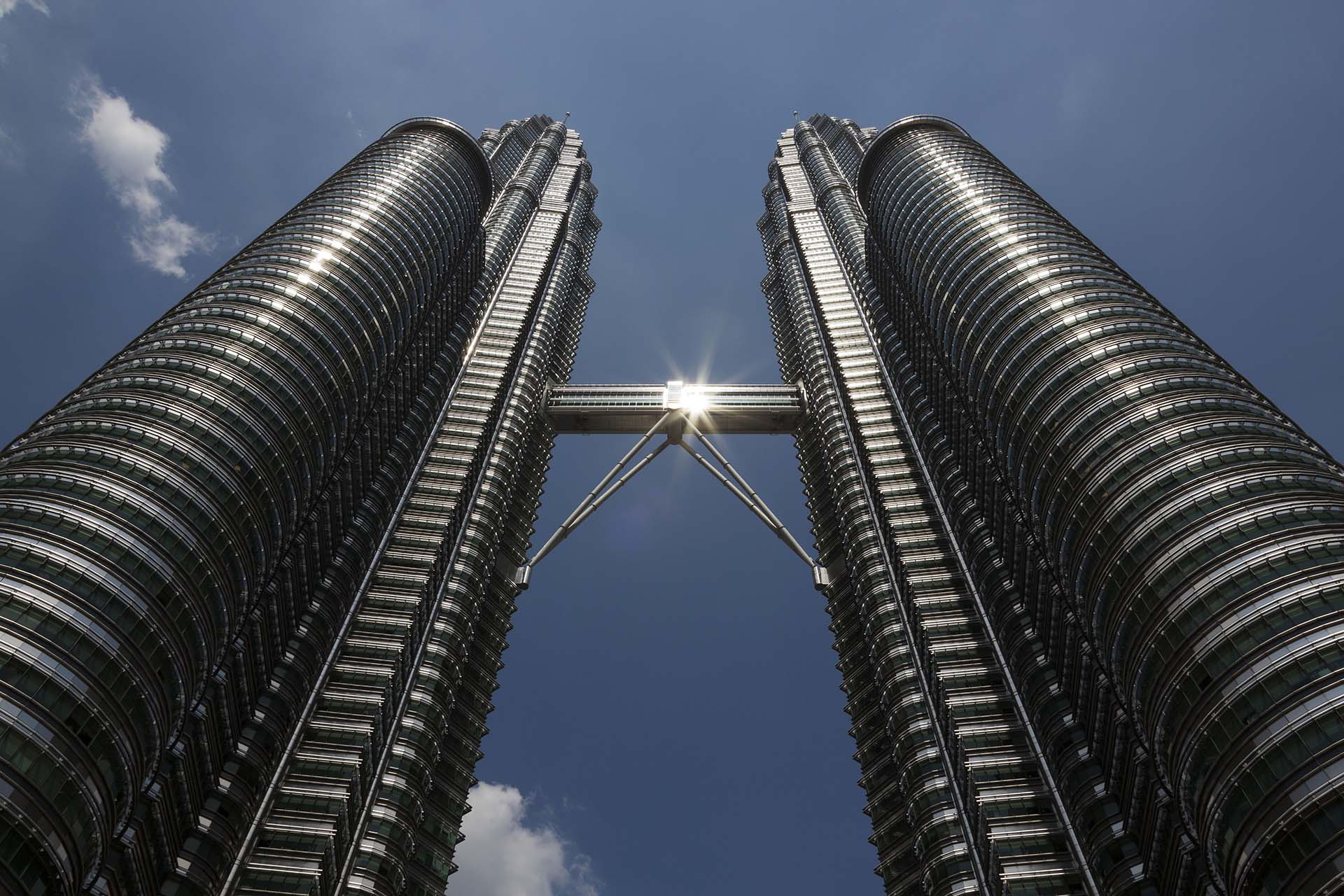 Otra vista precisa de las Petronas en Kuala Lumpur que muestra la dimensión y solidez de una gran obra, considerada disruptiva en el mundo de la arquitectura (Shutterstock)