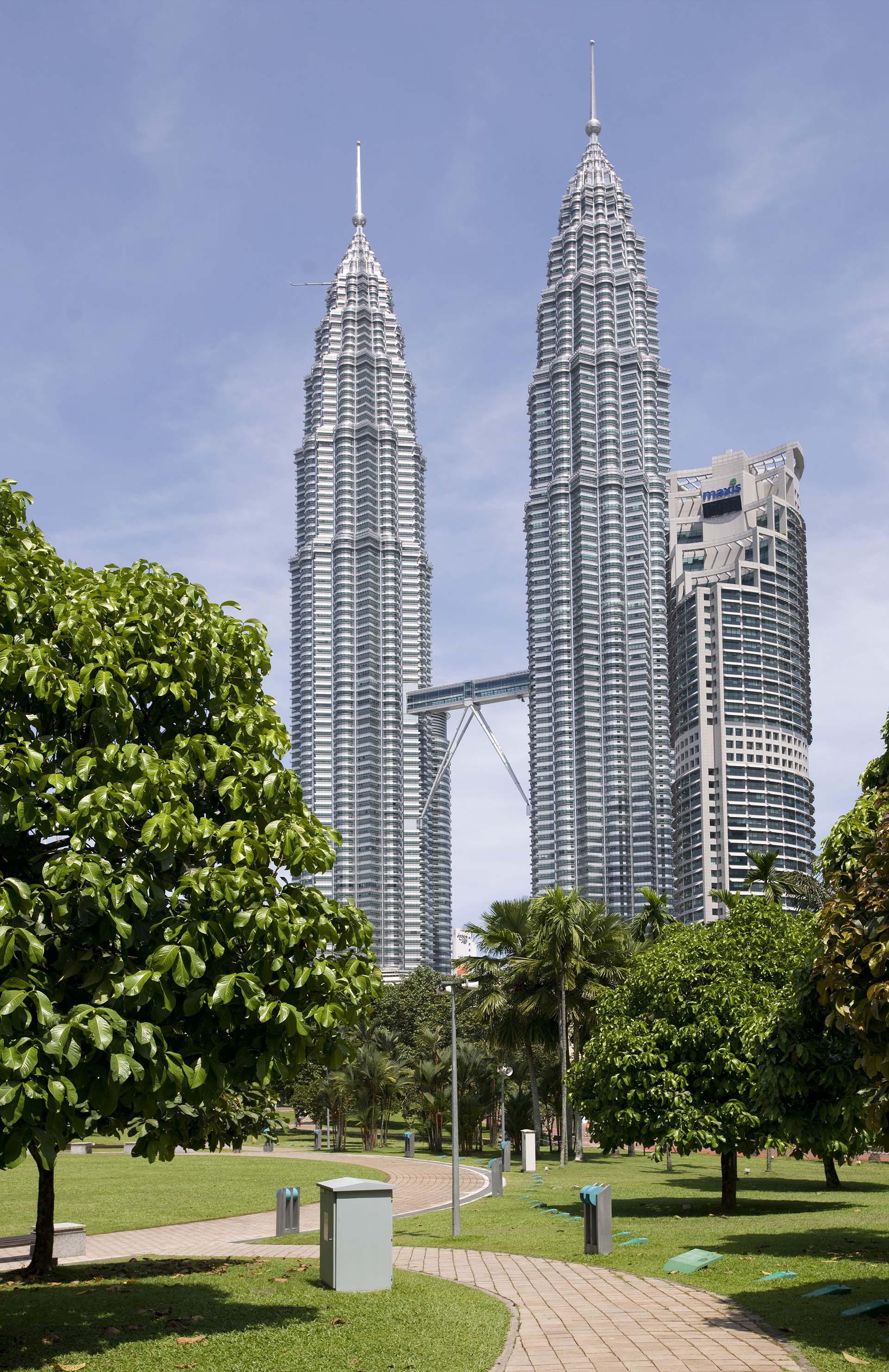 Su obra emblemática: las Torres Petronas en Kuala Lumpur, Malasia, fueron los edificios más altos del mundo entre 1998 y 2003, superados el 17 de octubre de 2003 por el edificio Taipei 101 en Taiwán. Entre las obras de Pelli más notables alrededor del mundo figuran la Torre Cajasol, One Canada Square, Cheung Kong Center, Torre de Cristal, Torre Iberdrola. (Shutterstock)