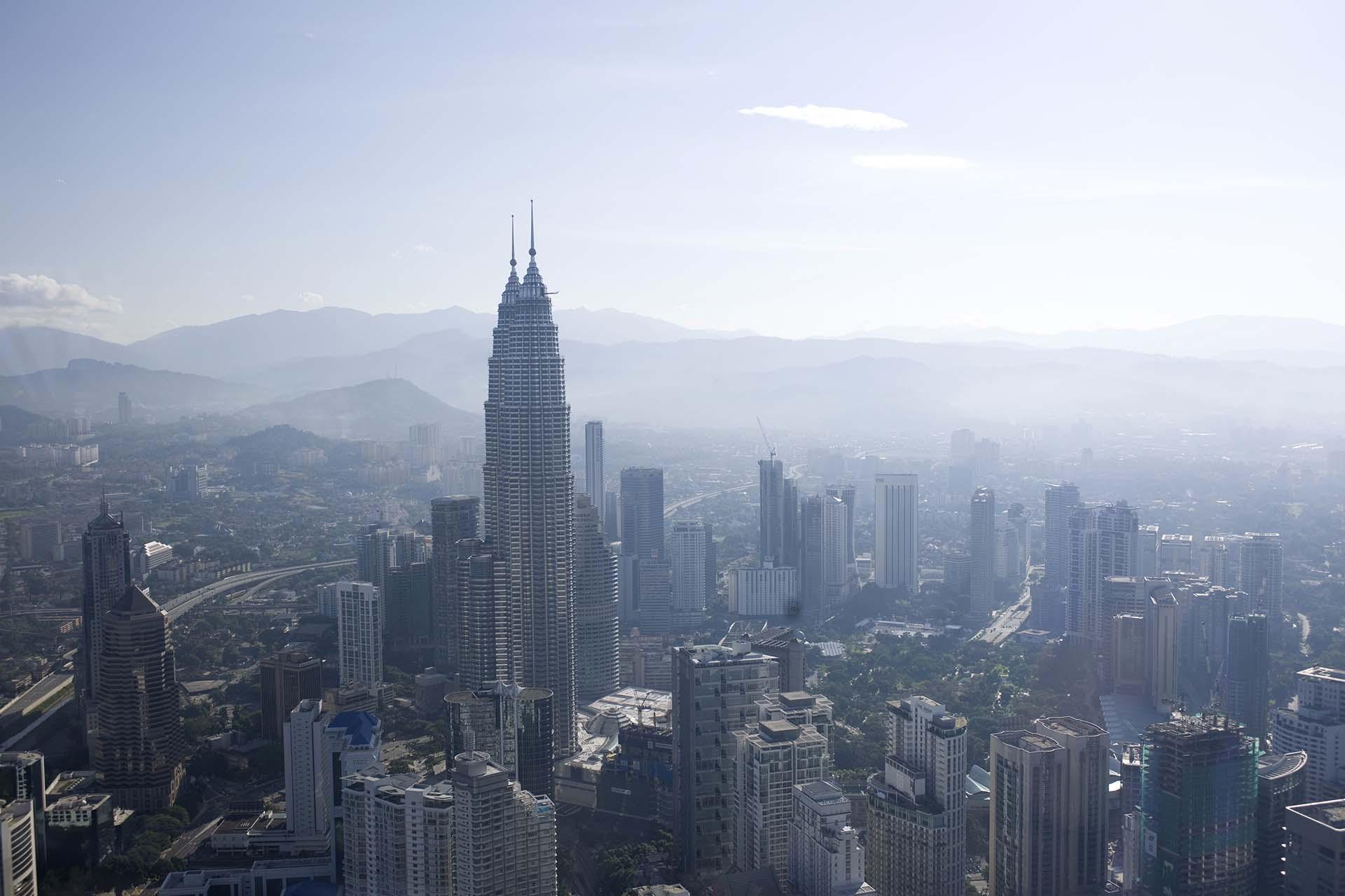 Una vista prodigiosa entre la bruma de las Petronas, por muchos años considerado el edificio más alto del mundo. El edificio hecho por Pelli fue un emblema del país malayo del siglo XXI (Shutterstock)