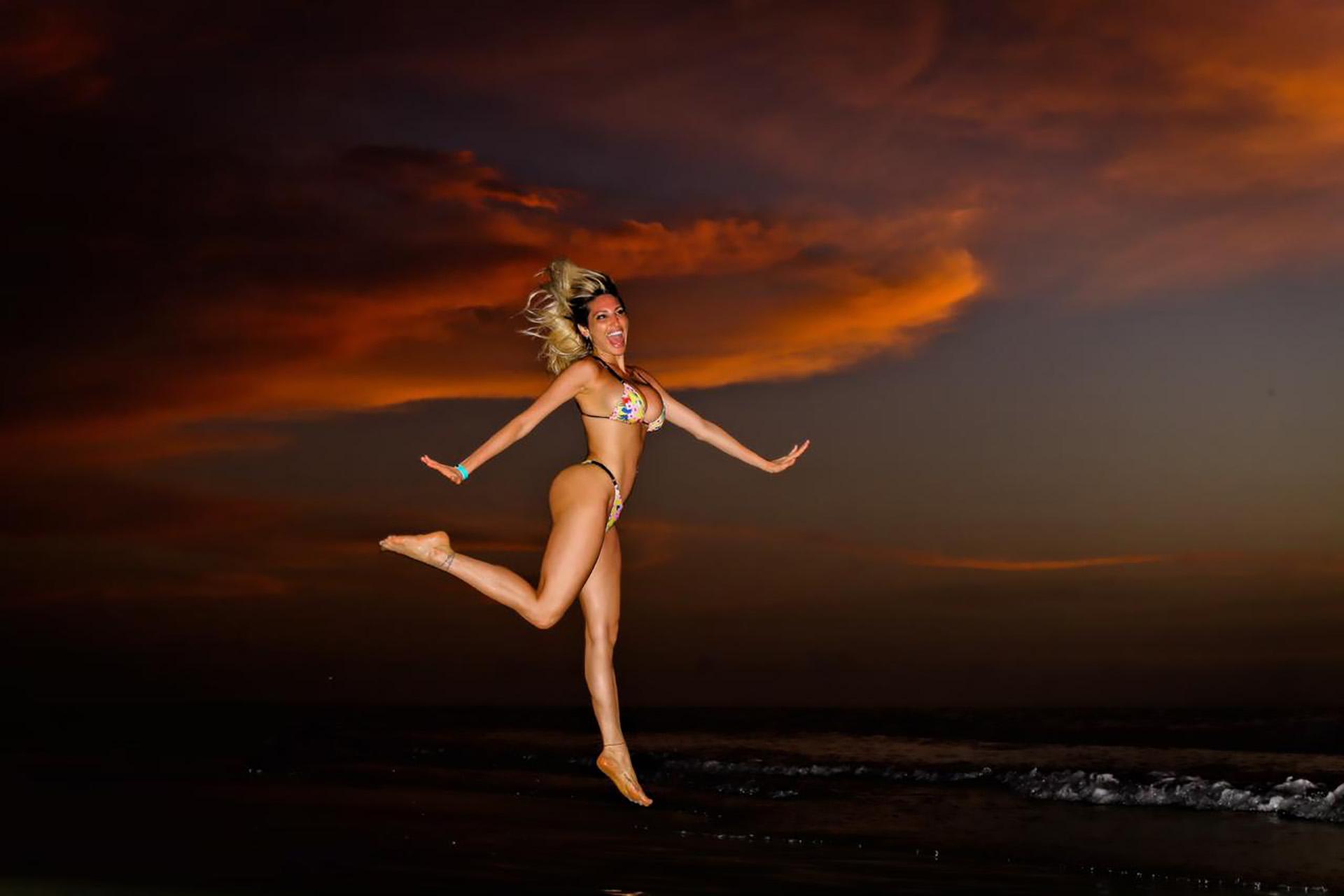 """""""Qué lindo que es pasarla bien"""", dijo Vicky mientrasreía con ganas, a los saltos y en bikini"""