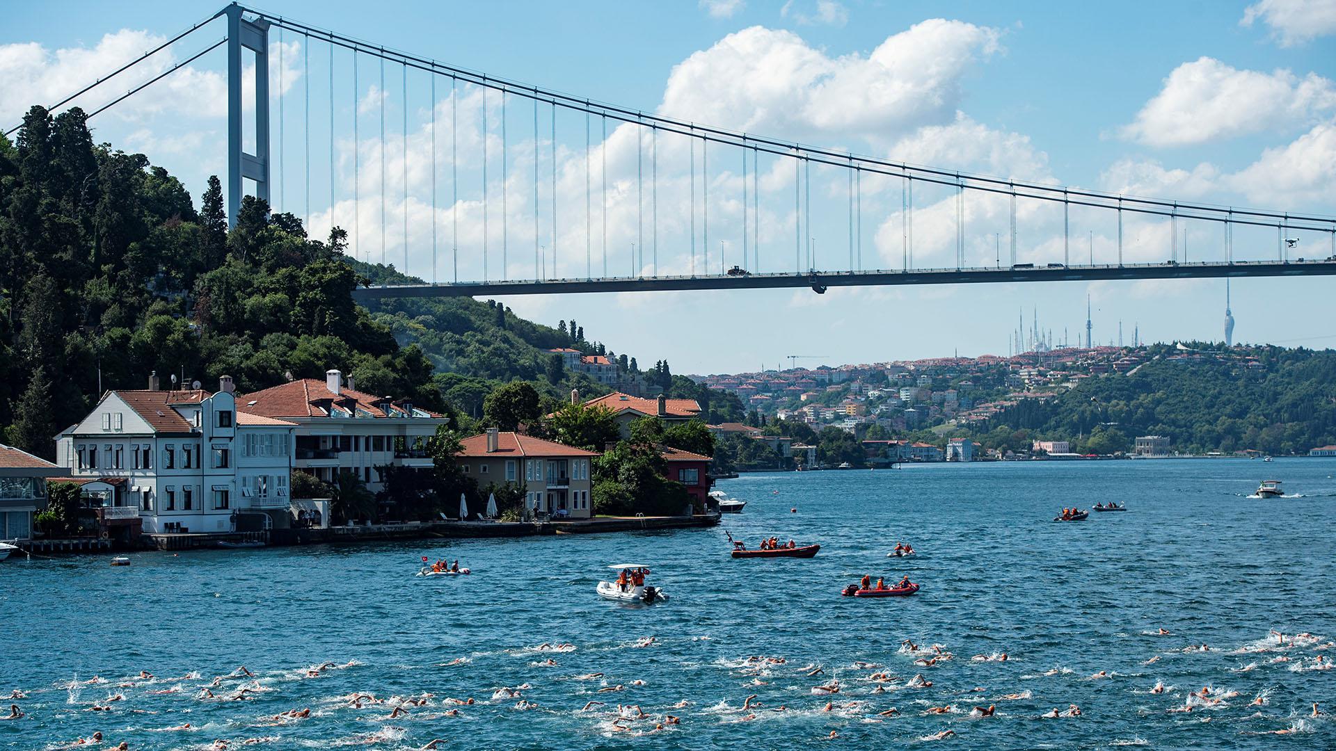 Los competidores se lanzaron al agua en la orilla asiática para nadar en total 6,5 kilómetros, primero en dirección al Mar de Mármara, antes de dirigirse a la orilla en el lado europeo