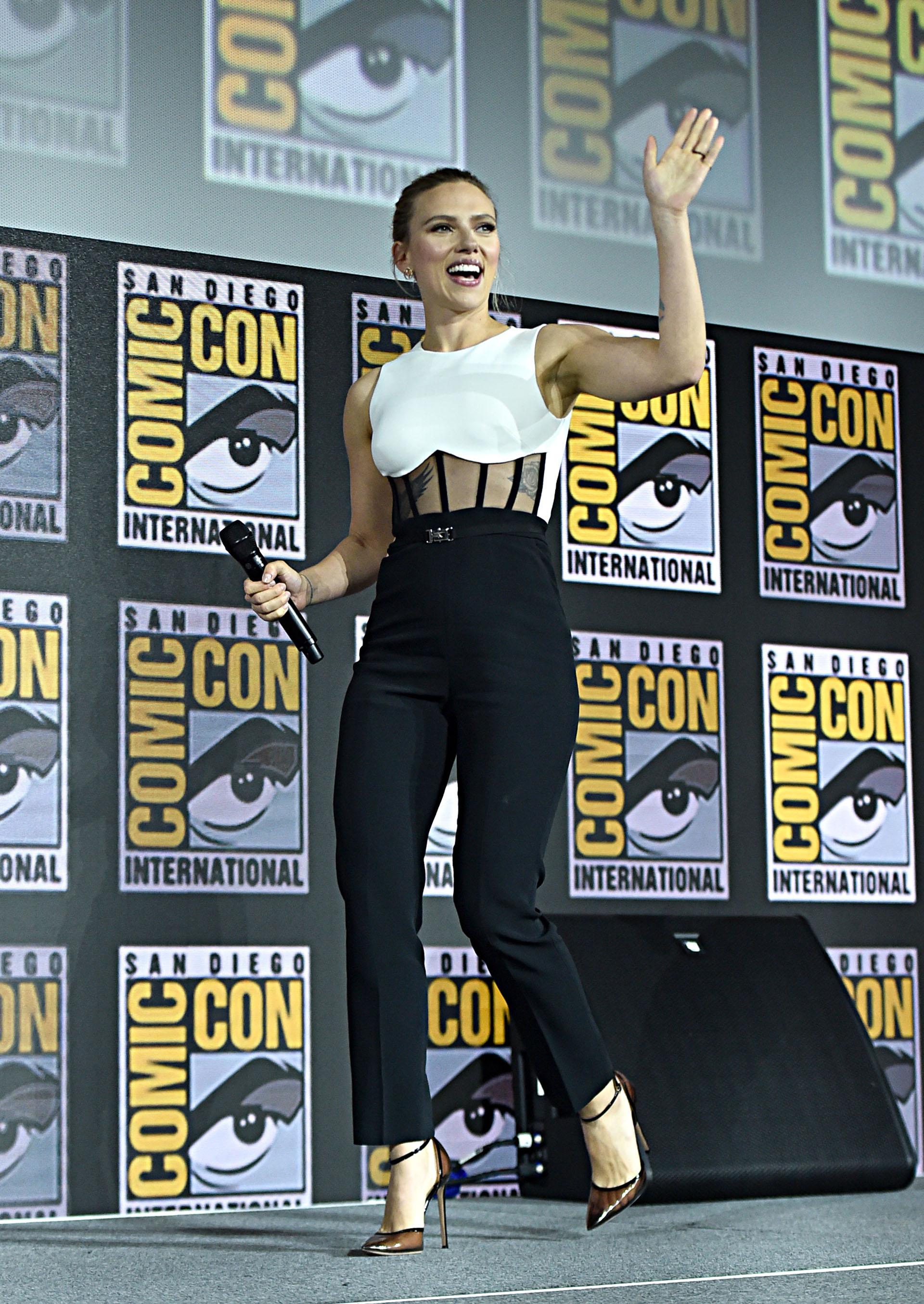 Scarlett Johansson lideró el panel de la 'Viuda Negra', para la ocasión llevó un look bicolor. Con una apuesta bicolor en blanco y negro,lució unos pantalones rectos negros de talle alto que combinó con un top sin mangas con cuerpo de corpiño semitransparente en blanco y negro.