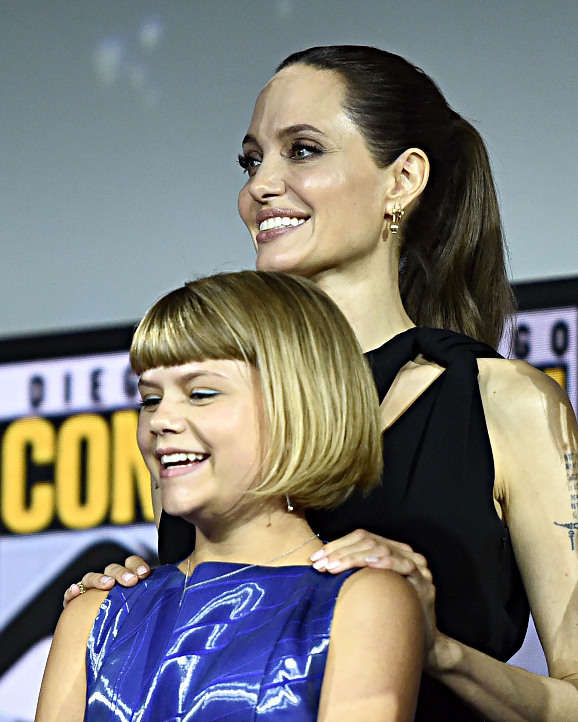 Angelina Jolie optó por llevar el pelo recogido en cola de caballo y ausencia de accesorios.