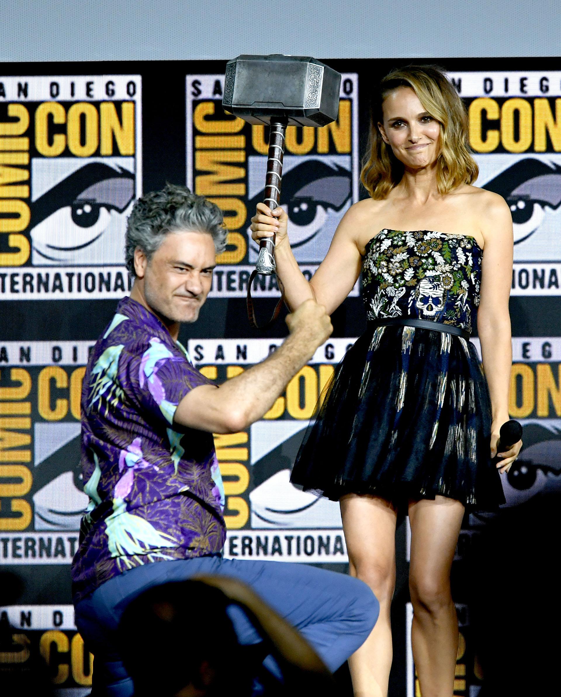 Natalie Portman apareció de forma inesperada en el panel de 'Thor' para confirmar su nuevo papel en la saga. Allí cargó el famoso martillo