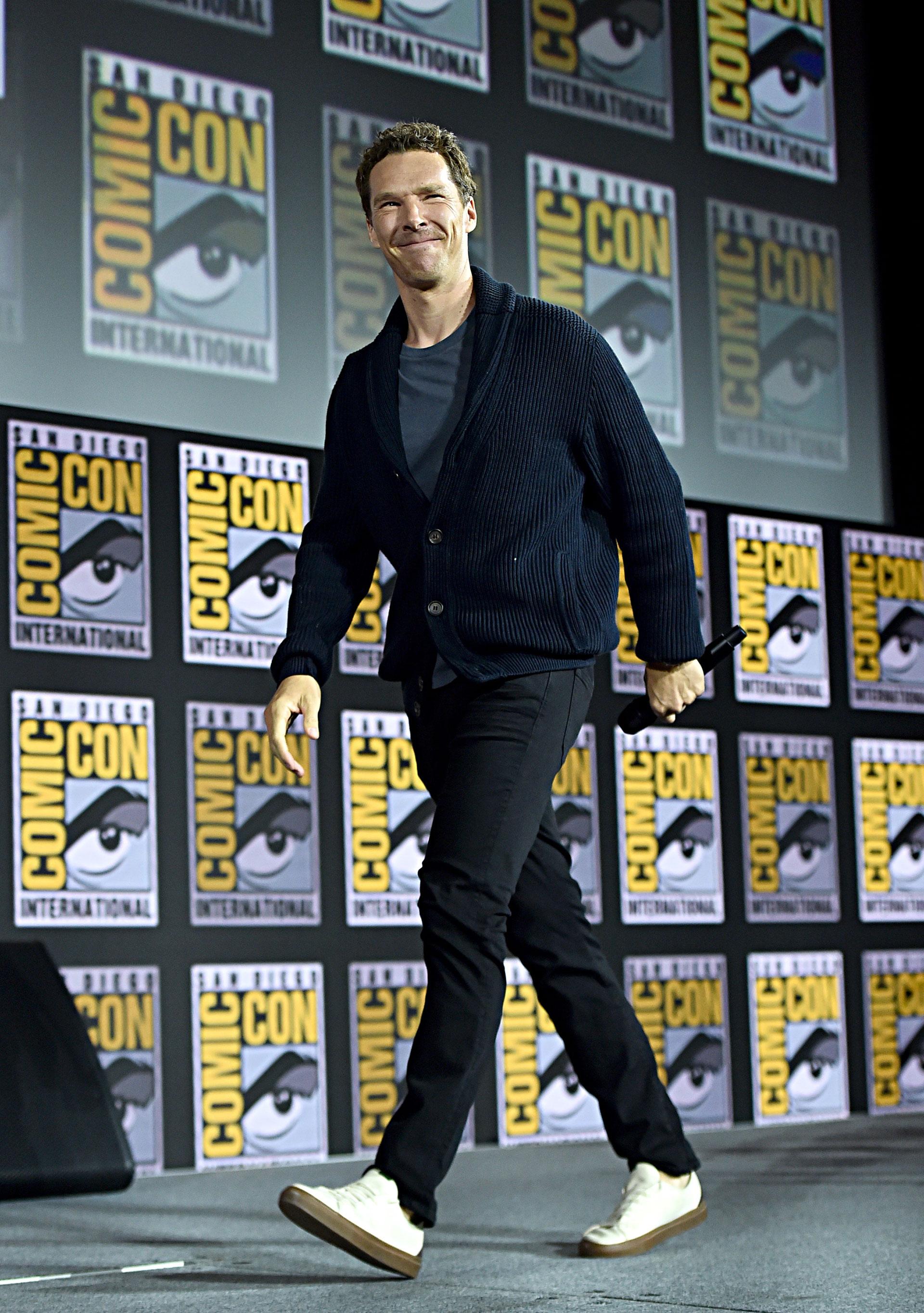 Benedict Cumberbatch dejó claro que azul, negro y blanco son compatibles.