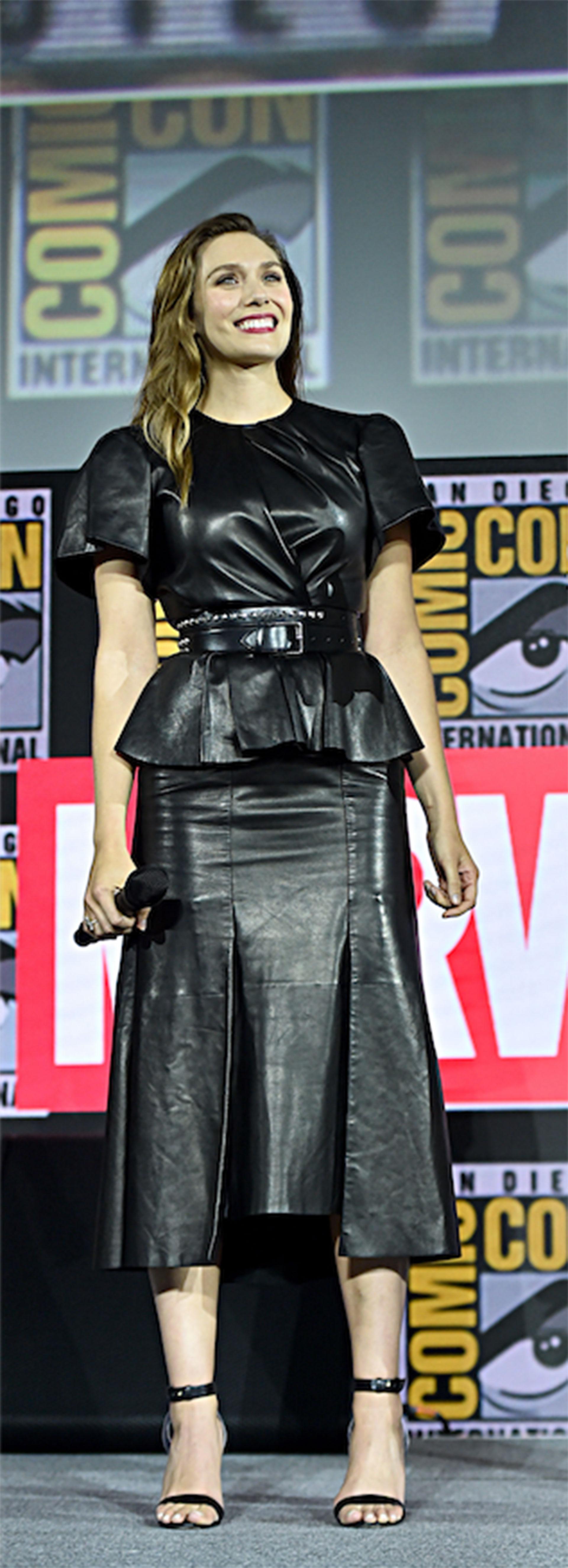 Elizabeth Olsen súper chic con un look total black.