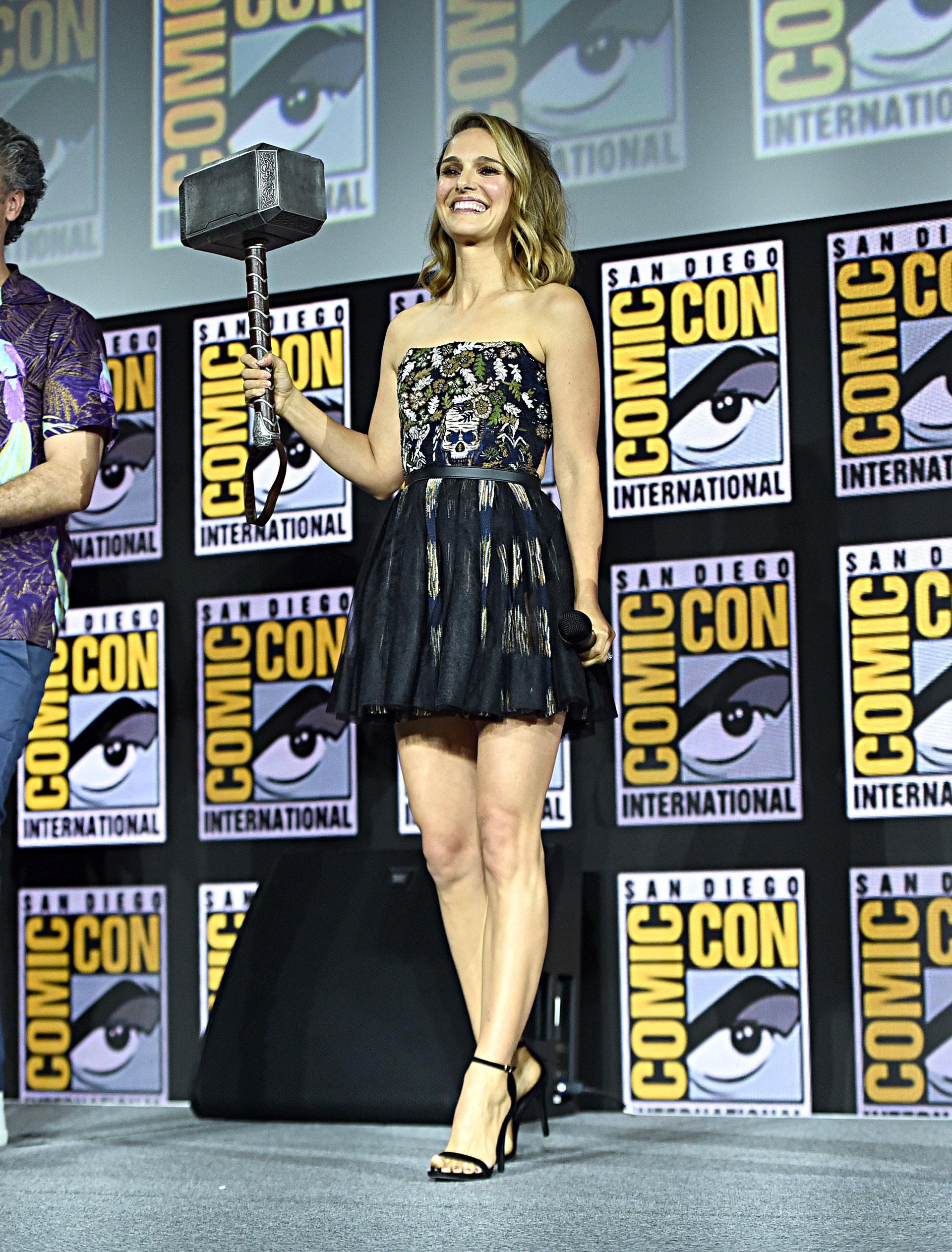 Natalie Portman (será la versión femenina de Thor) con un vestido de Dior.