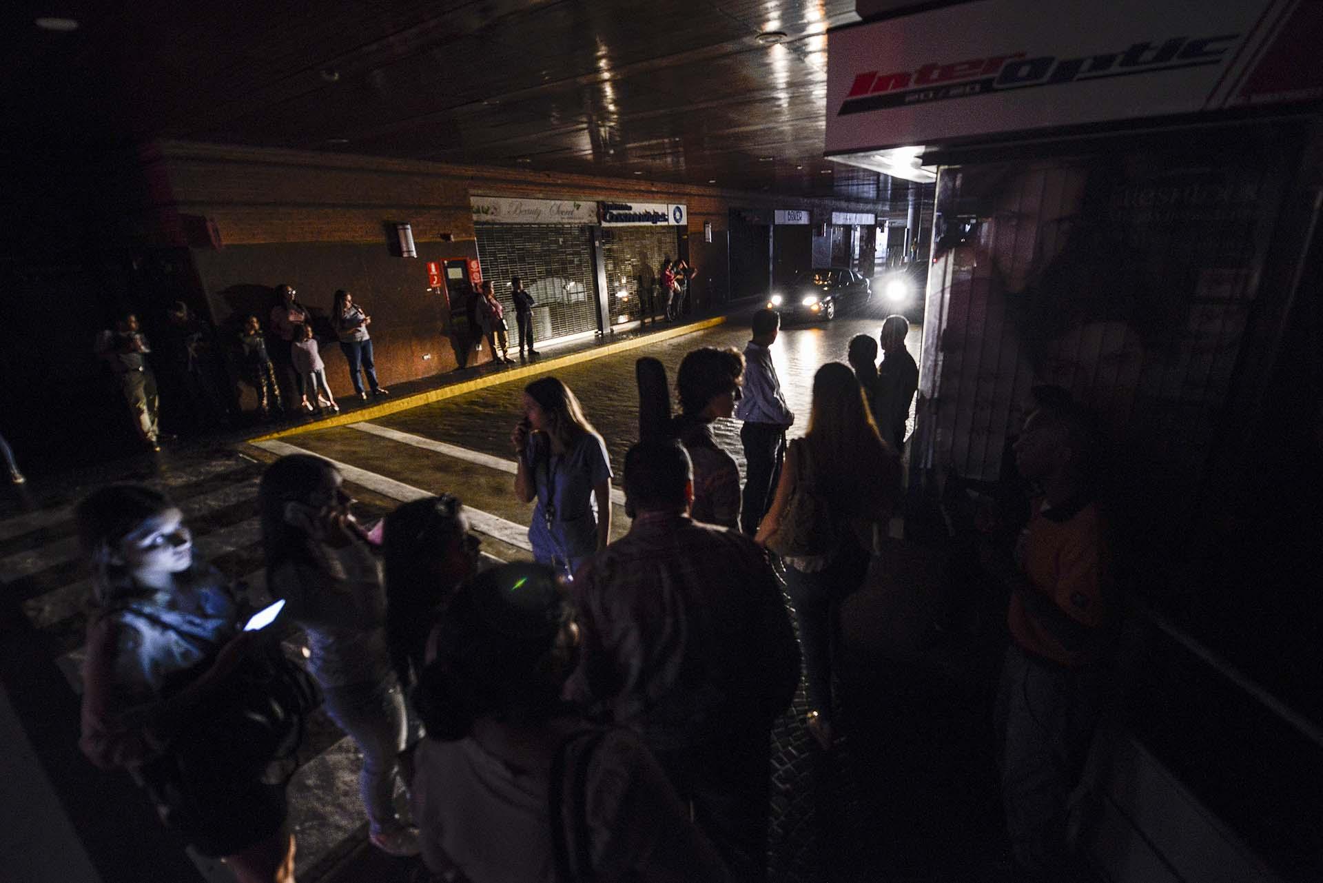 Miles de usuarios de todo el país reportaron en las redes sociales cortes de energía en la capital Caracas y en al menos otros 15 estados