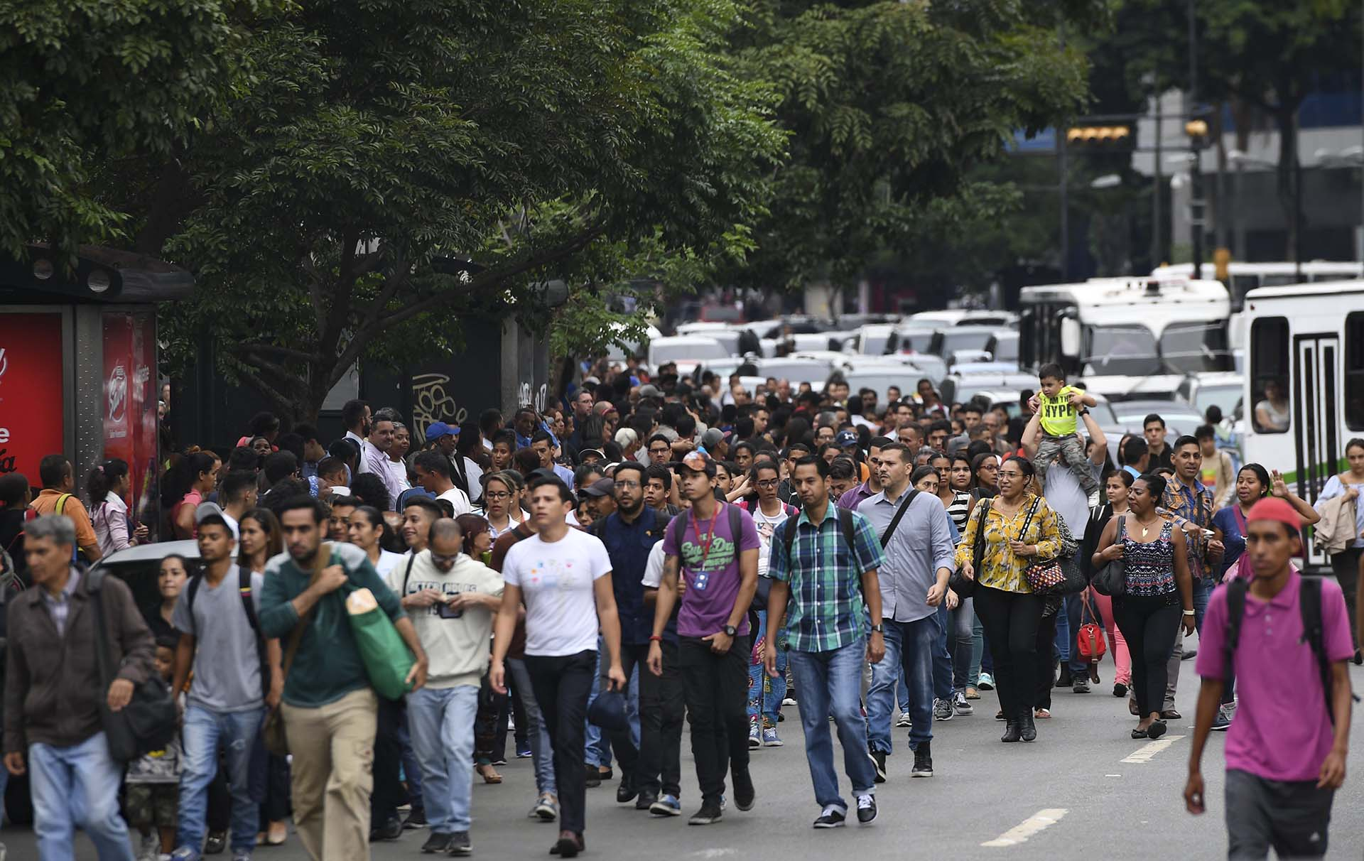 Las calles se llenaron de personas que no pudieron utilizar el metro