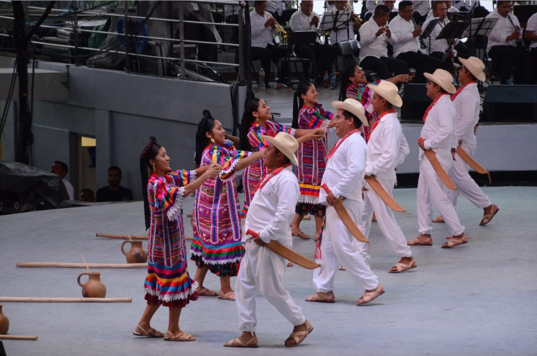 En este primer Lunes del Cerro se calcularon alrededor de quince mil asistentes que disfrutaron de los bailes tradicionales de cada región. (FOTO: ESTACIÓN FOTO /CUARTOSCURO)