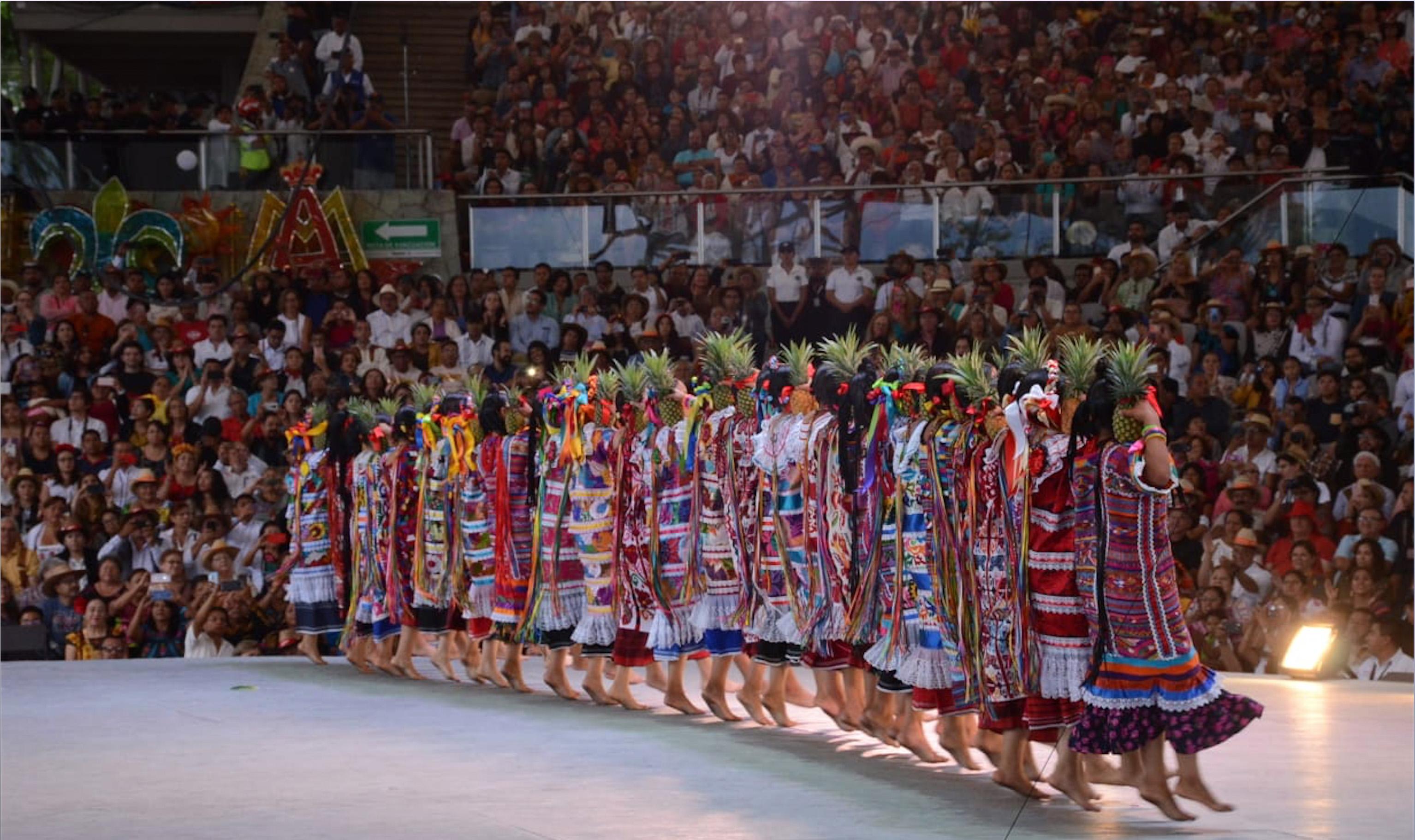 Teniendo como sede la Unidad Deportiva de Santa María Ixcotel, el turismo local, nacional y extranjero pudo disfrutar de los bailes, jarabes, sones y chilenas de las diferentes regiones, quienes se expresan con la danza sus costumbres y tradiciones (FOTO: ESTACIÓN FOTO /CUARTOSCURO)