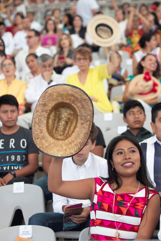 La actriz mexicana Yalitza Aparicio saluda hoy, lunes durante la apertura de las celebraciones de la Guelaguetza, una fiesta tradicional del estado de Oaxaca (México). (Foto EFE/María Alferez)