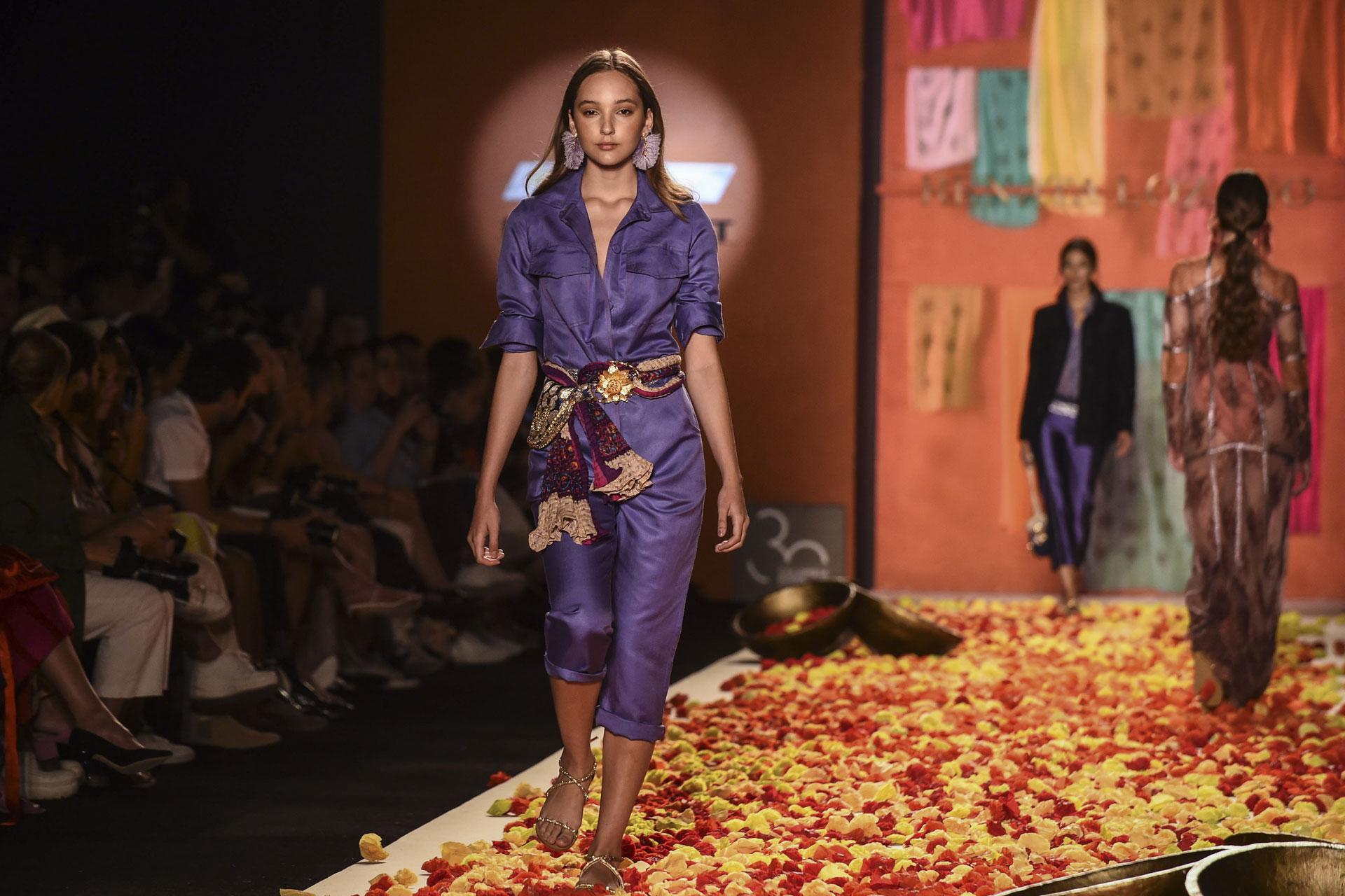 En taftán con cinturón bordado, un mono en violeta metalizado deslumbró en la colección de Renata Lozano en Medellín. La diseñadora quiso optimizar al máximo exponente los recursos de reutilizar las telas
