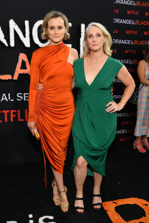 Taylor Schilling llevó un vestido drapeado de un solo hombro de la firma Monse y Piper Kerman optó por un vestido de corte midi en verde