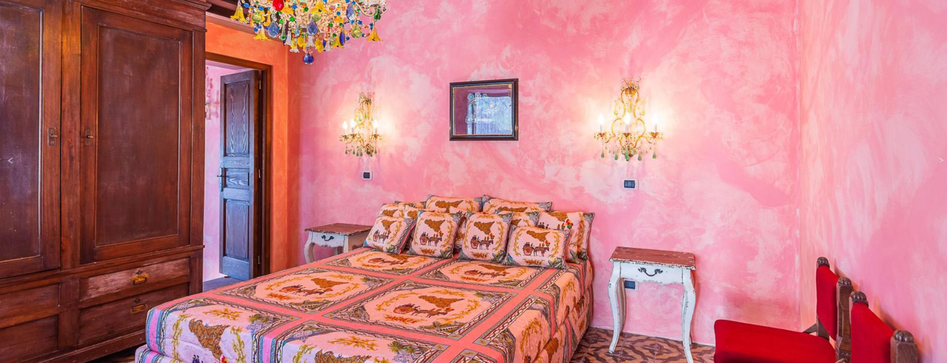 La habitación rosa: el estilo característico de Dolce & Gabbana se ve en toda la casa, con cada suite en su propio color y sofás y muebles suaves acabados en las telas de la casa de moda