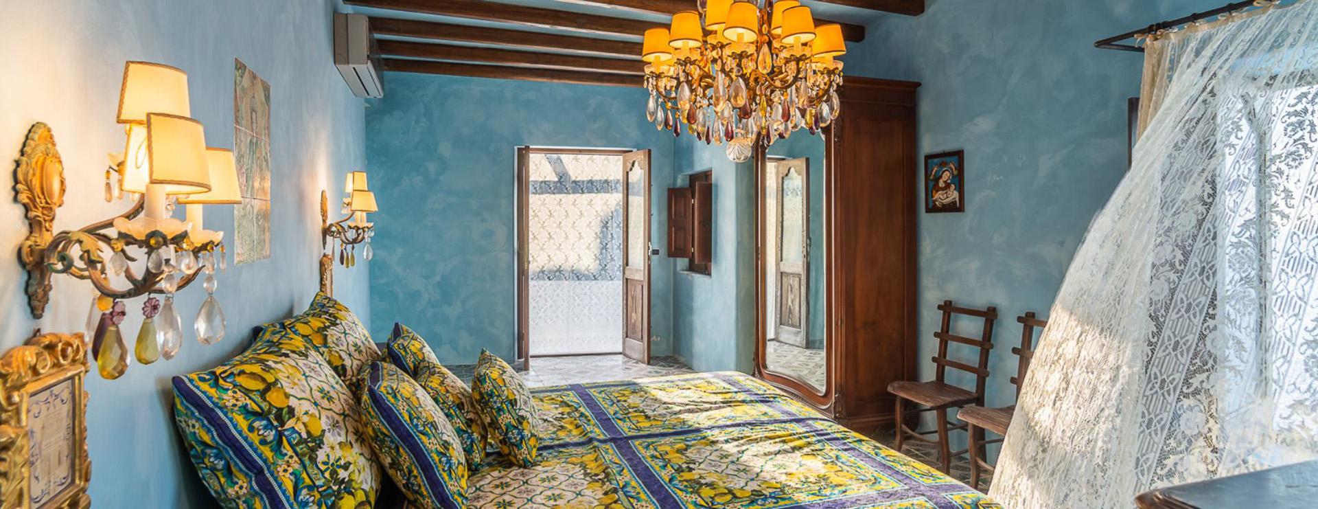 Cortinas de encaje – un elemento básico en Sicilia – se ven en toda la villa