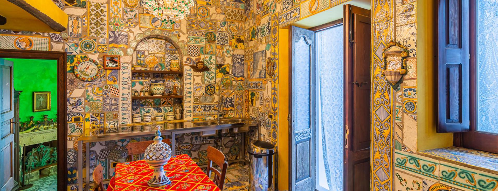 Los objetos refinados producidos por artesanos locales y cortinas de encaje se lucen en el interior de la casa, mientras que la cerámica esmaltada italiana pintada a mano y muy colorida adorna las paredes y los pisos de toda la propiedad